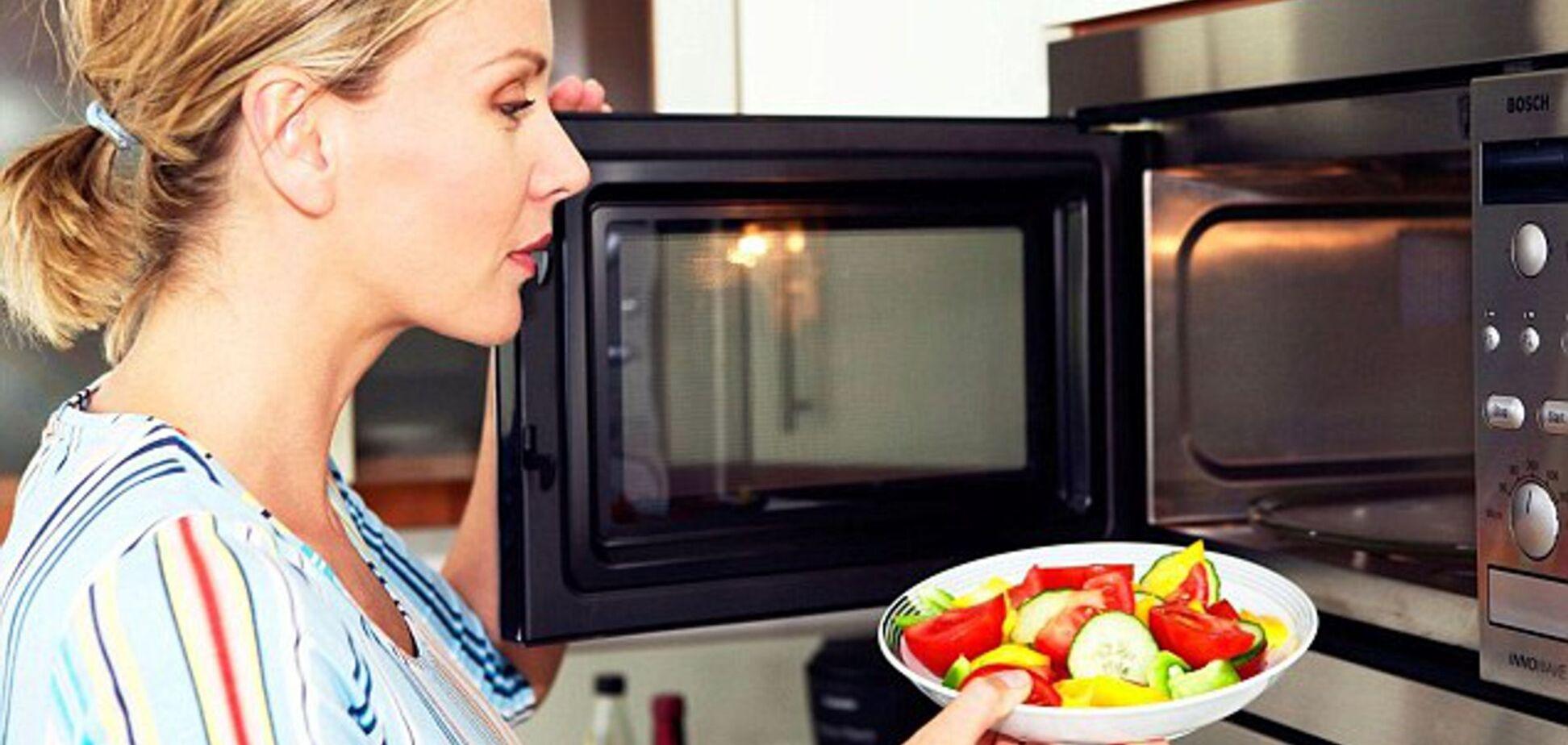 9 продуктов, которые нельзя греть в микроволновке