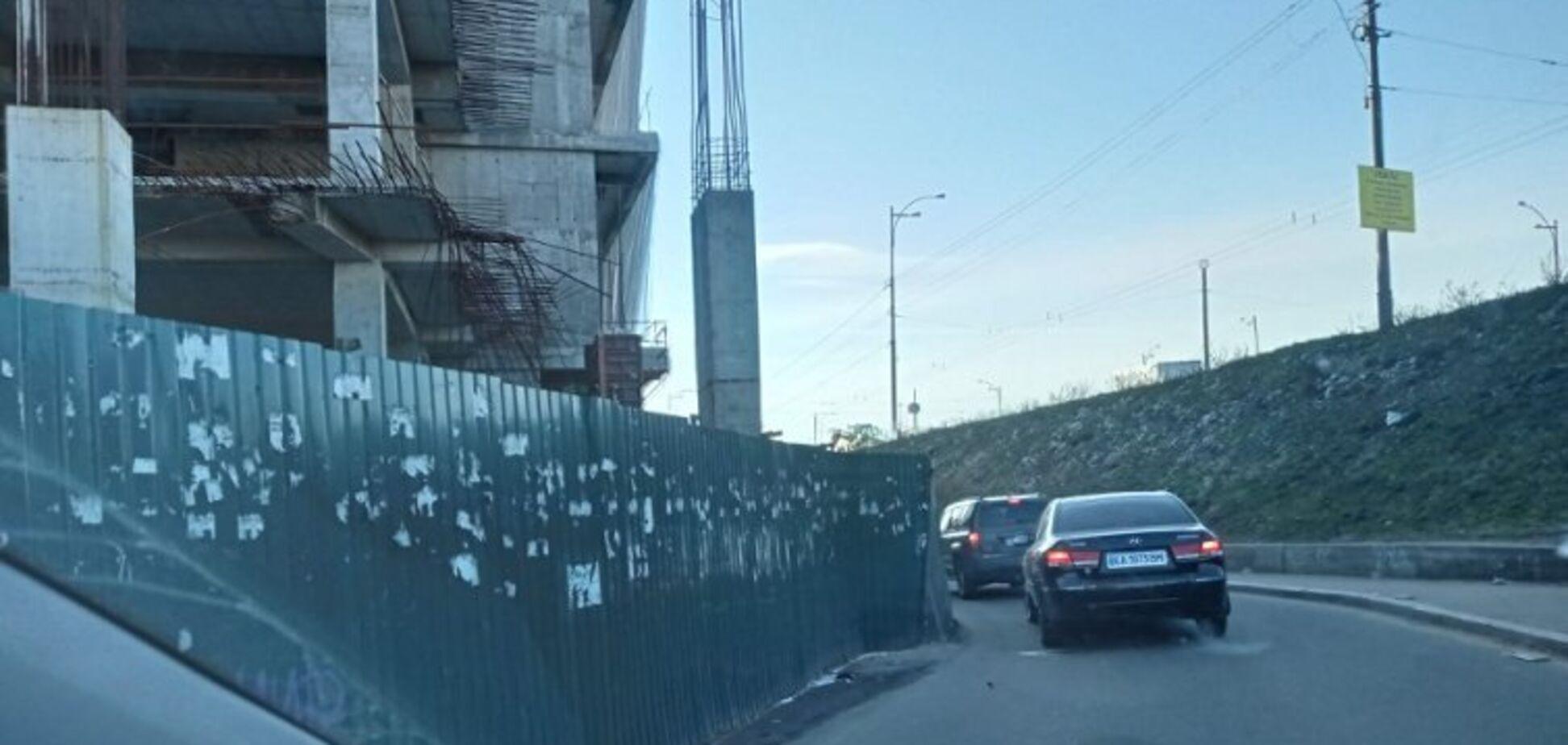 Скандальный ТРЦ в Киеве начал строить опоры прямо на дороге