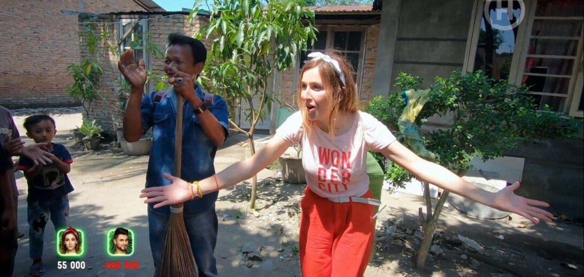 Оля Манько научилась гипнотизировать кур в Индонезии