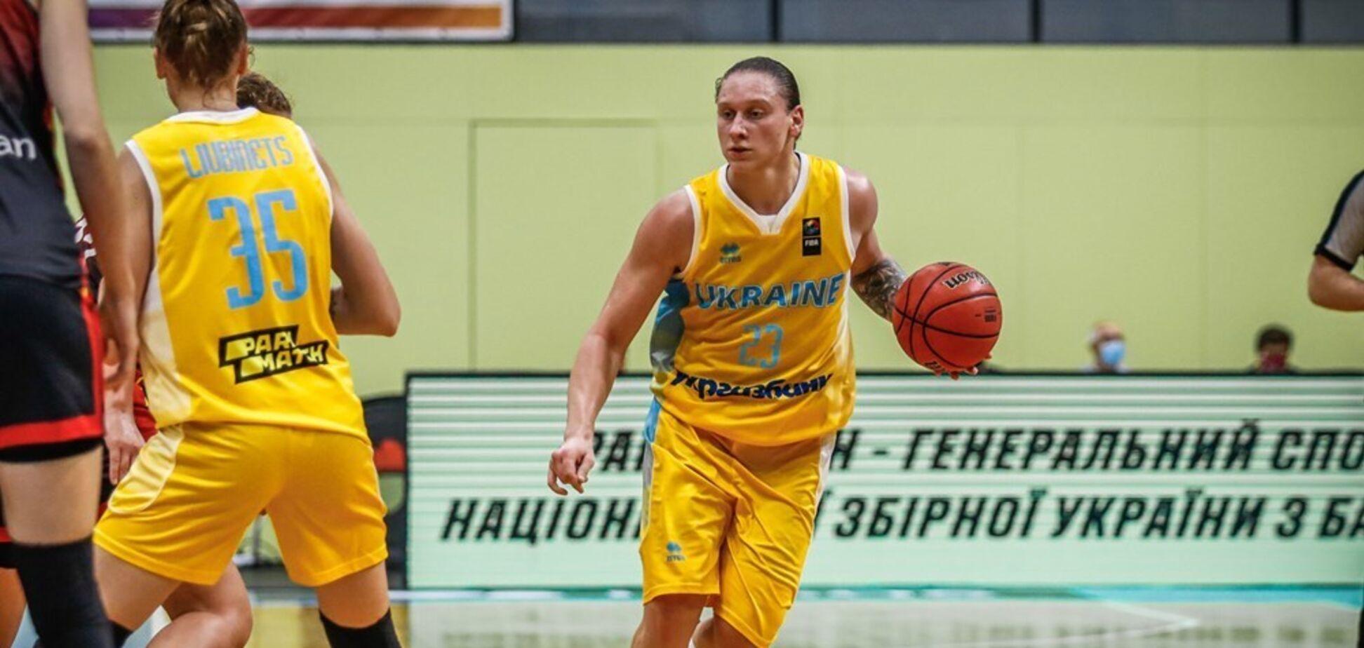 Аліна Ягупова з м'ячем