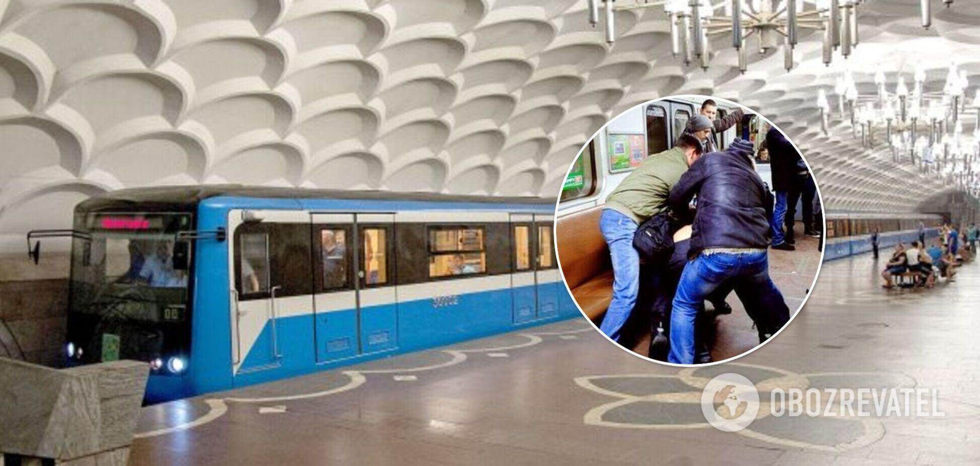 В метро Харькова мужчина одним ударом оставил без сознания пассажира. Видео
