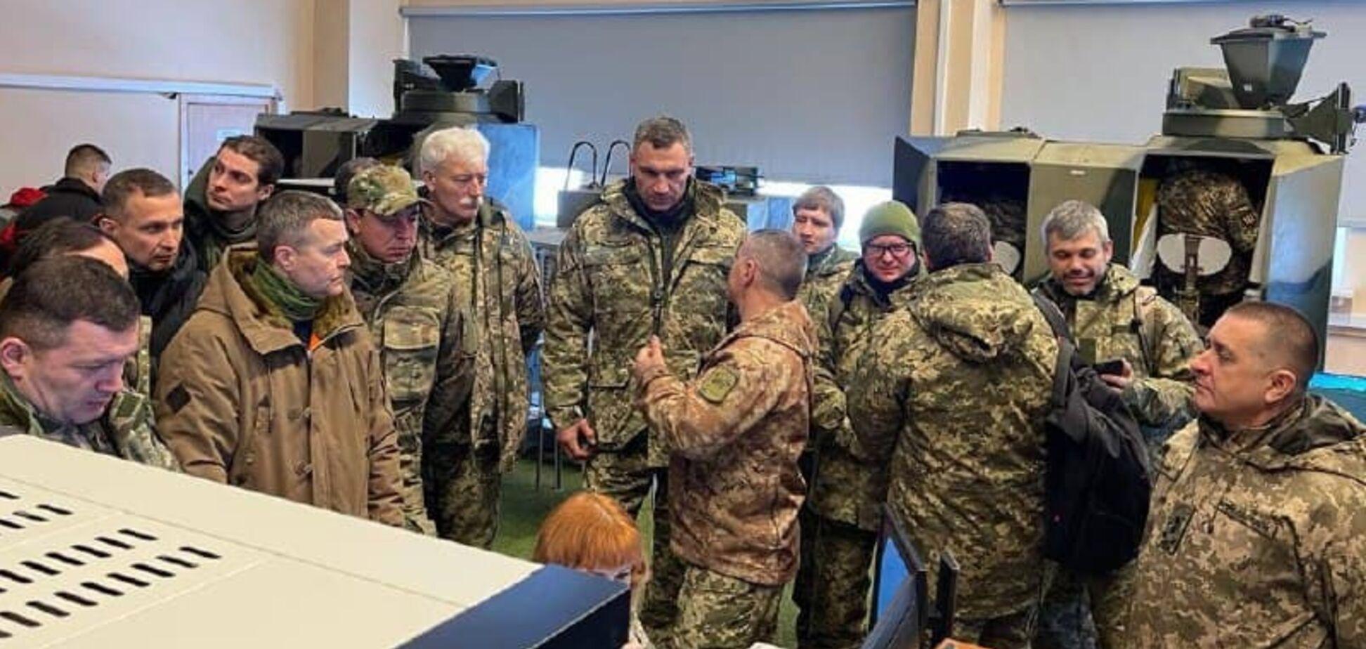 Кличко с главами районов Киева пострелял на полигоне. Фото подготовки