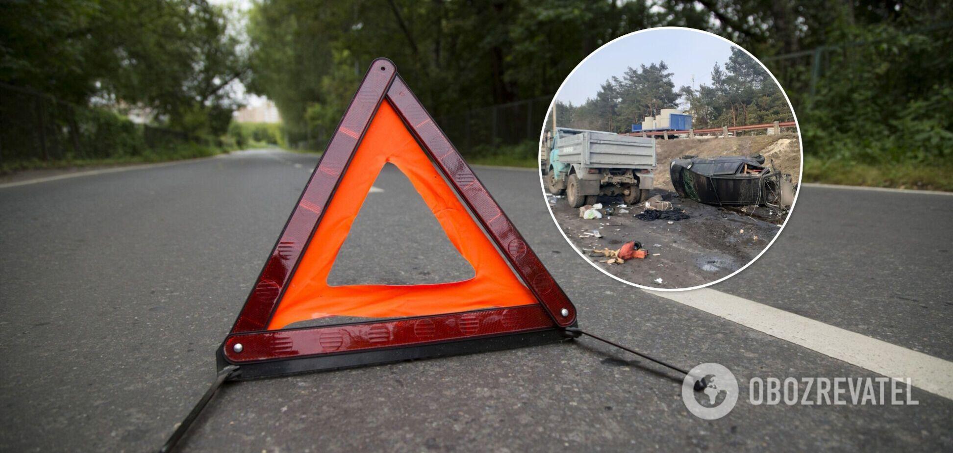 В Киеве произошло серьезное ДТП с двумя легковушками и грузовиком. Фото и видео