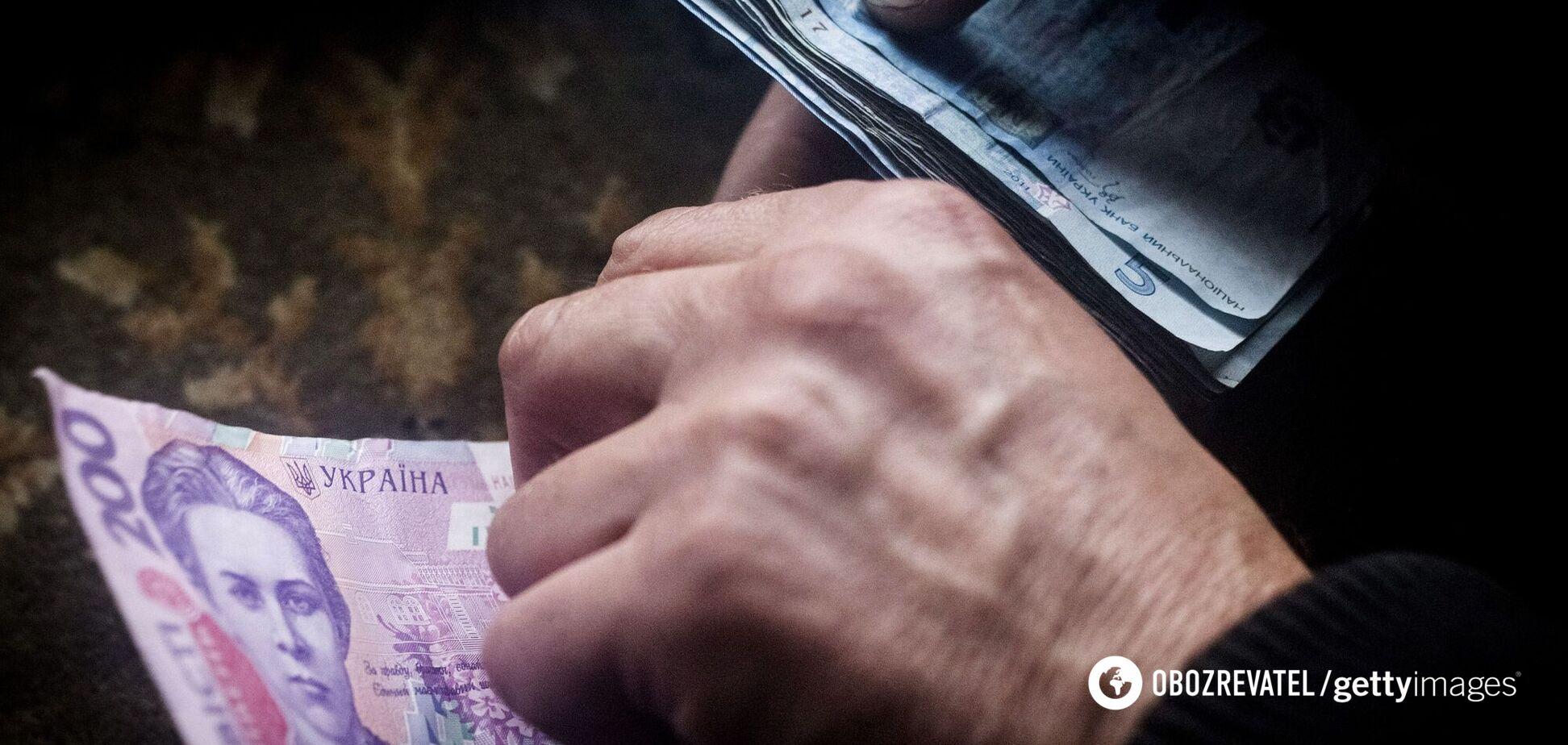 Українцям затримають лікарняні та декретні виплати