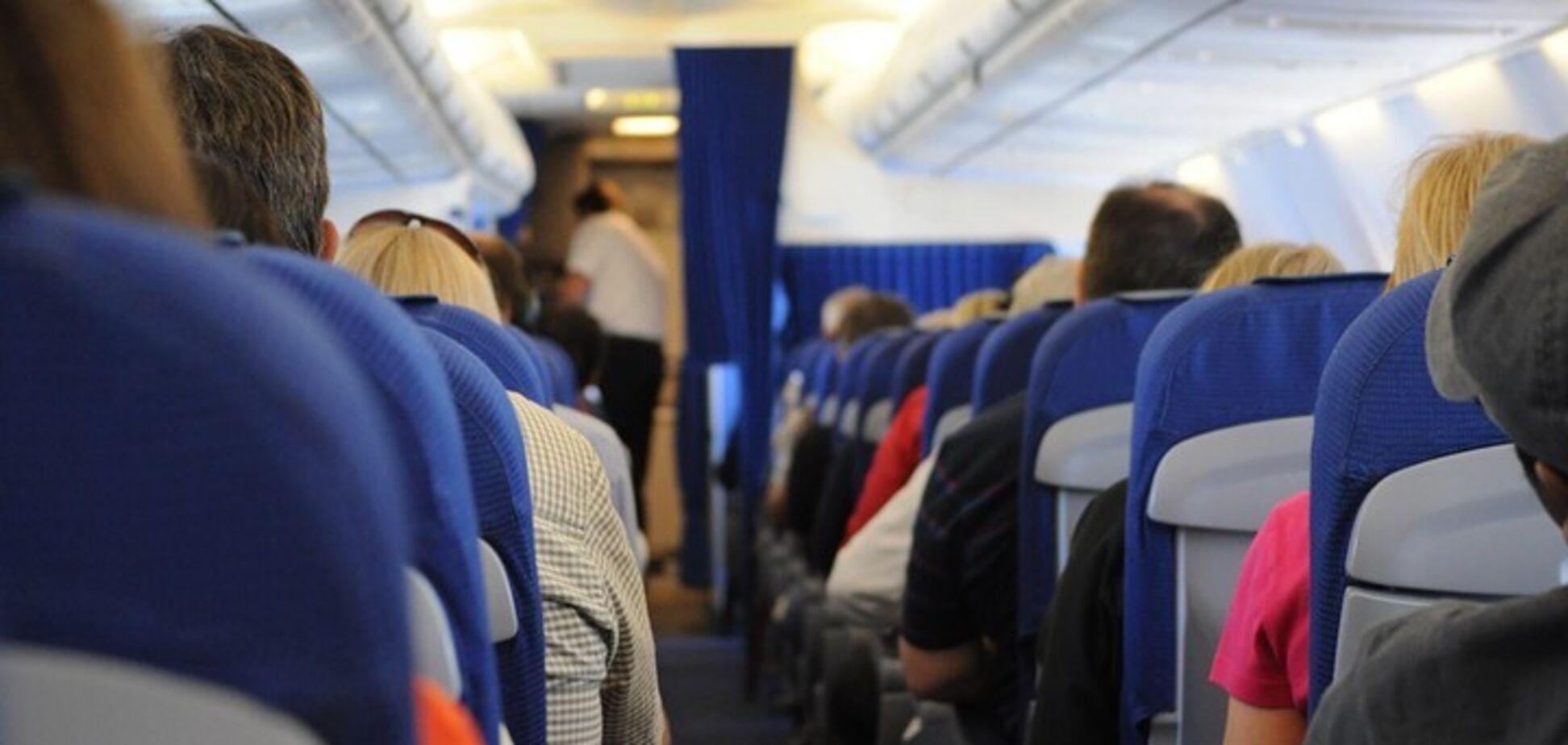 Пасажирка влаштувала п'яний дебош в літаку і вчепилася в стюардесу