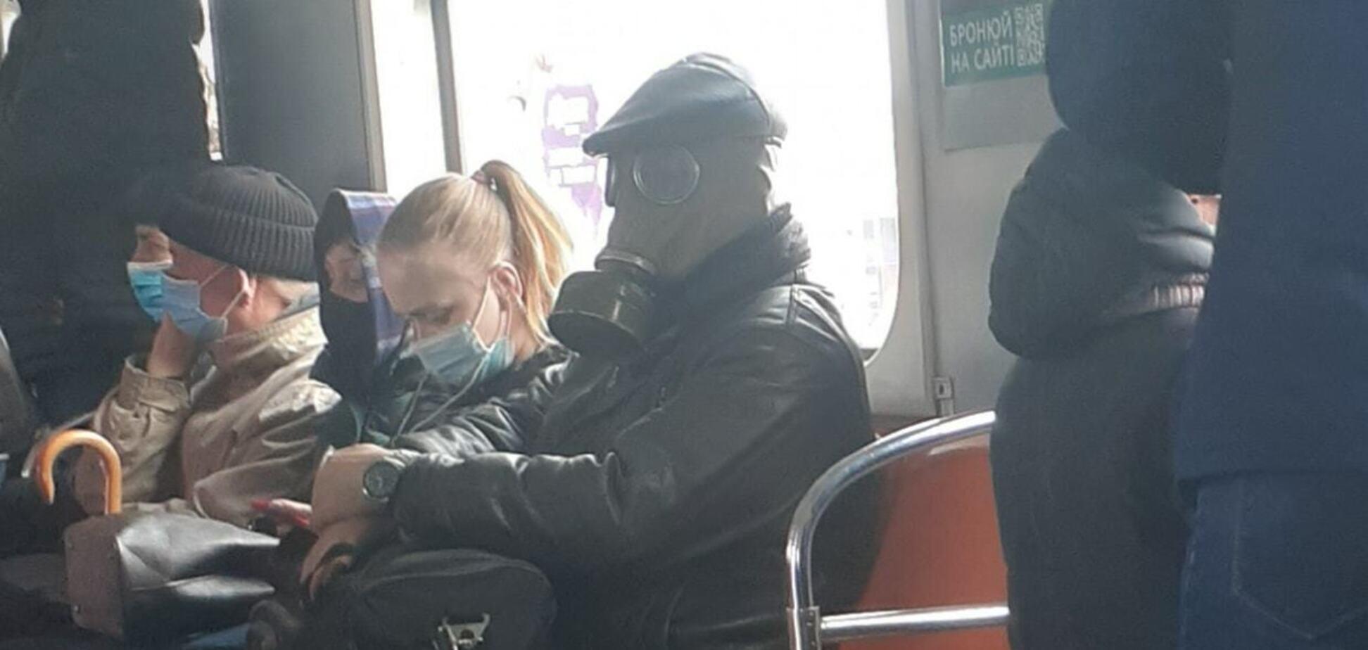 У київському метро чоловік проїхався в протигазі. Фото