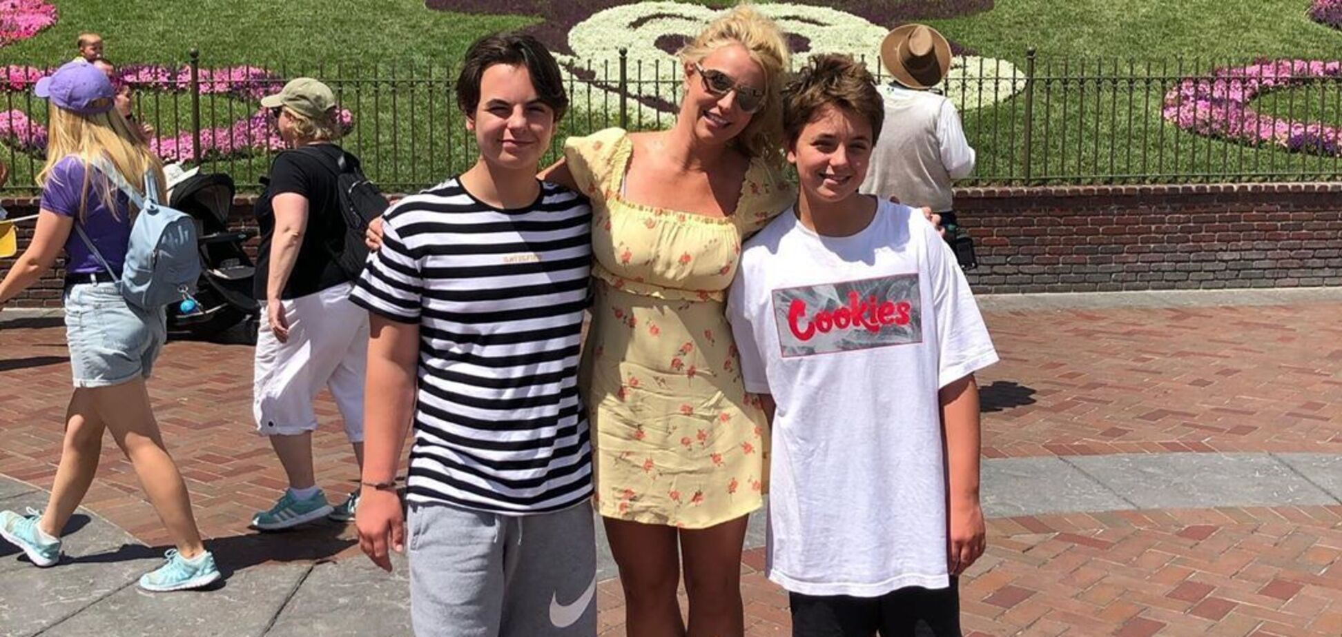 Бритни Спирс показала редкое фото с подросшими сыновьями