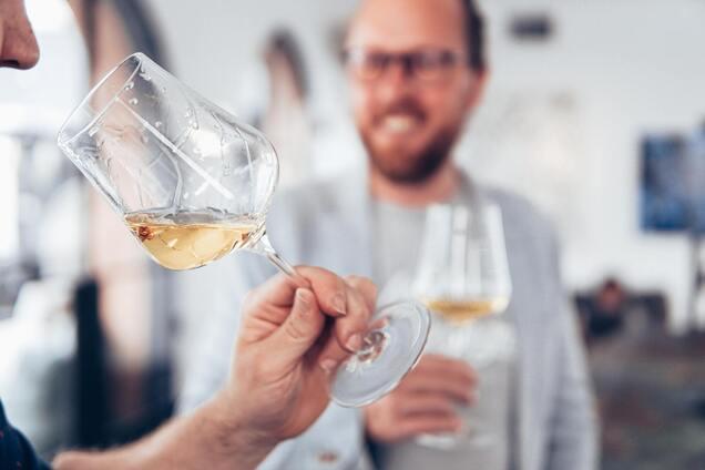 Регулярное употребление большого количества алкоголя может повысить риск депрессии.