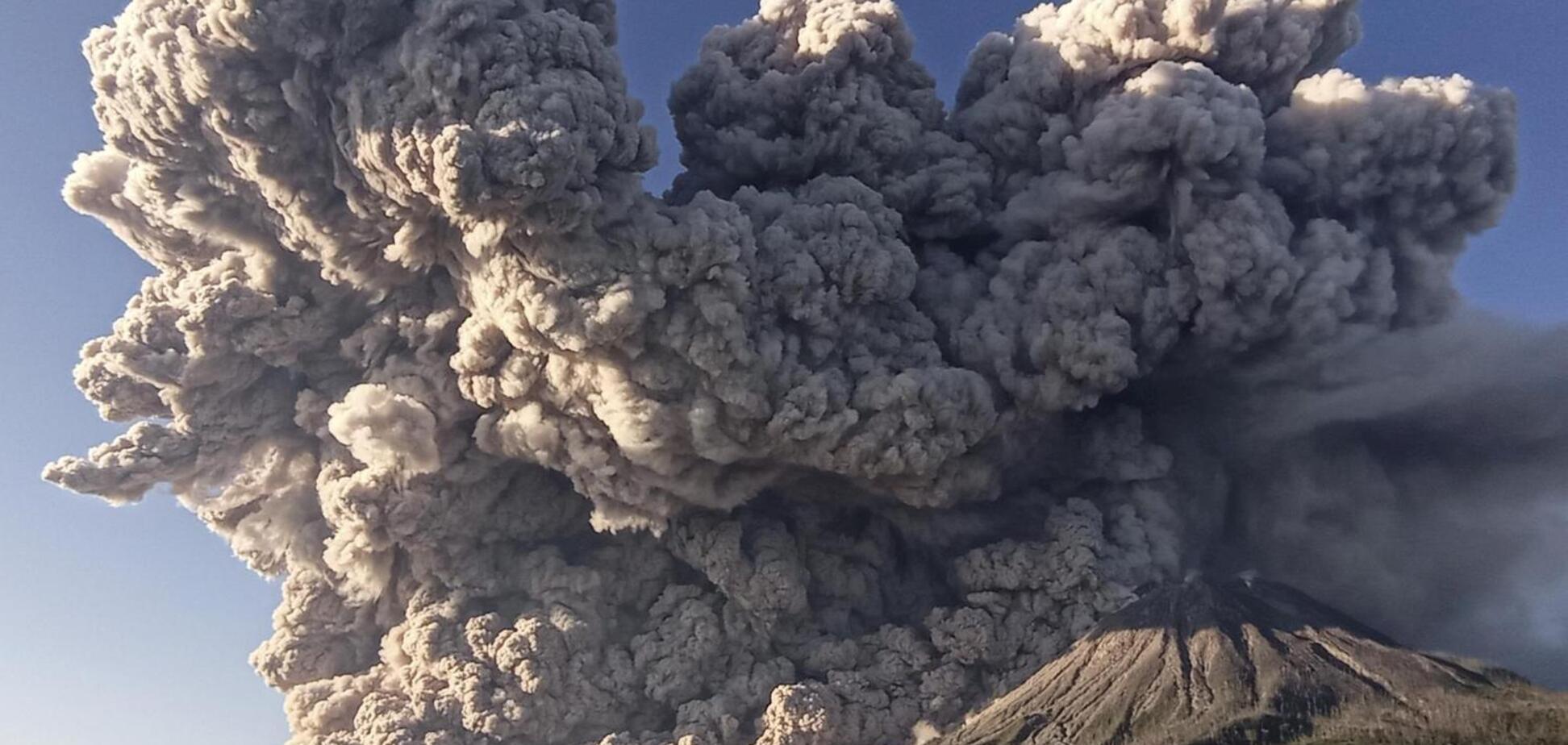 Вулкан Синабунг в Індонезії