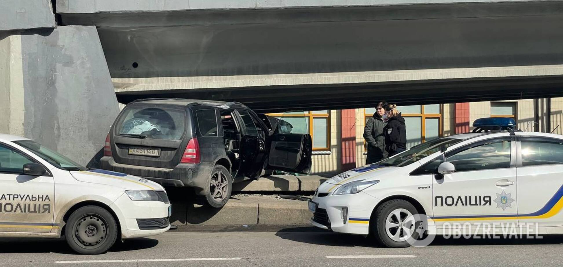 У Києві авто влетіло під естакаду та застрягло. Фото