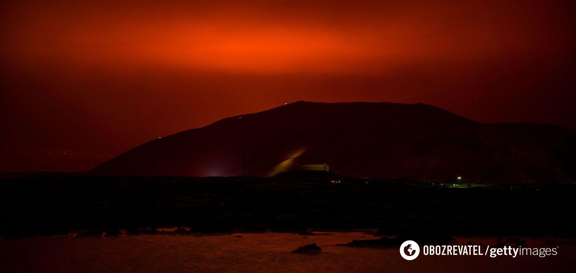 В Исландии произошло извержение вулкана: отменили полеты и запретили покидать дома. Видео