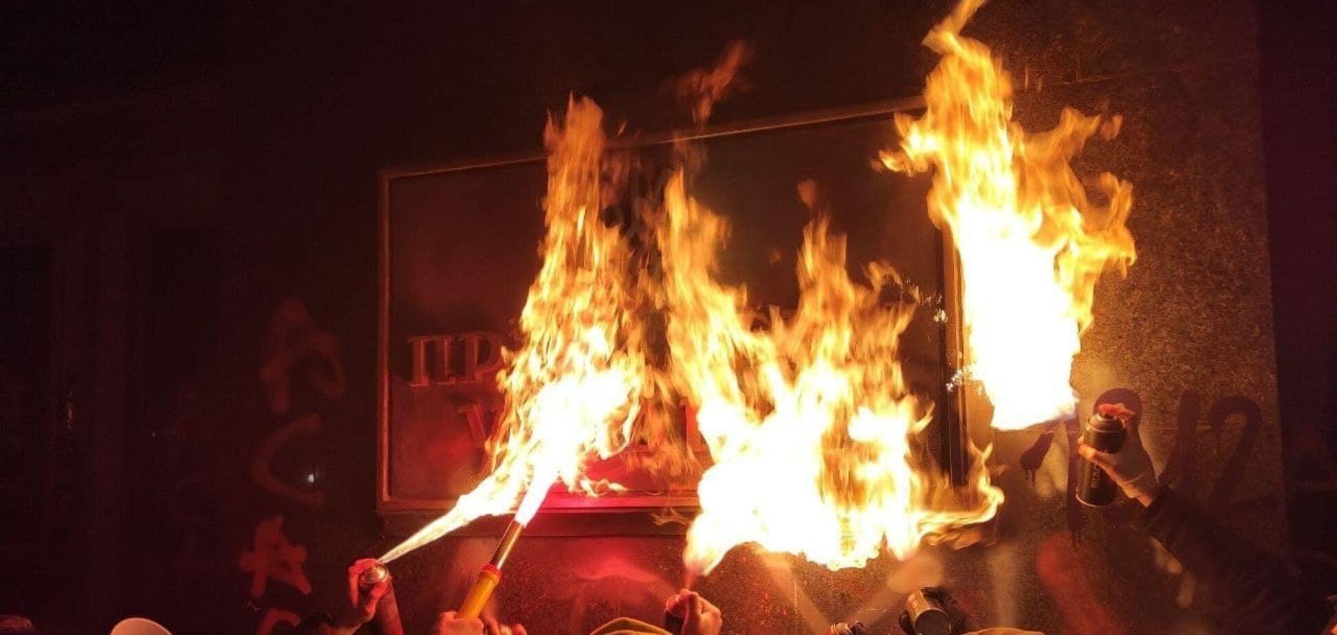 Офіс президента облили фарбою і підпалили табличку