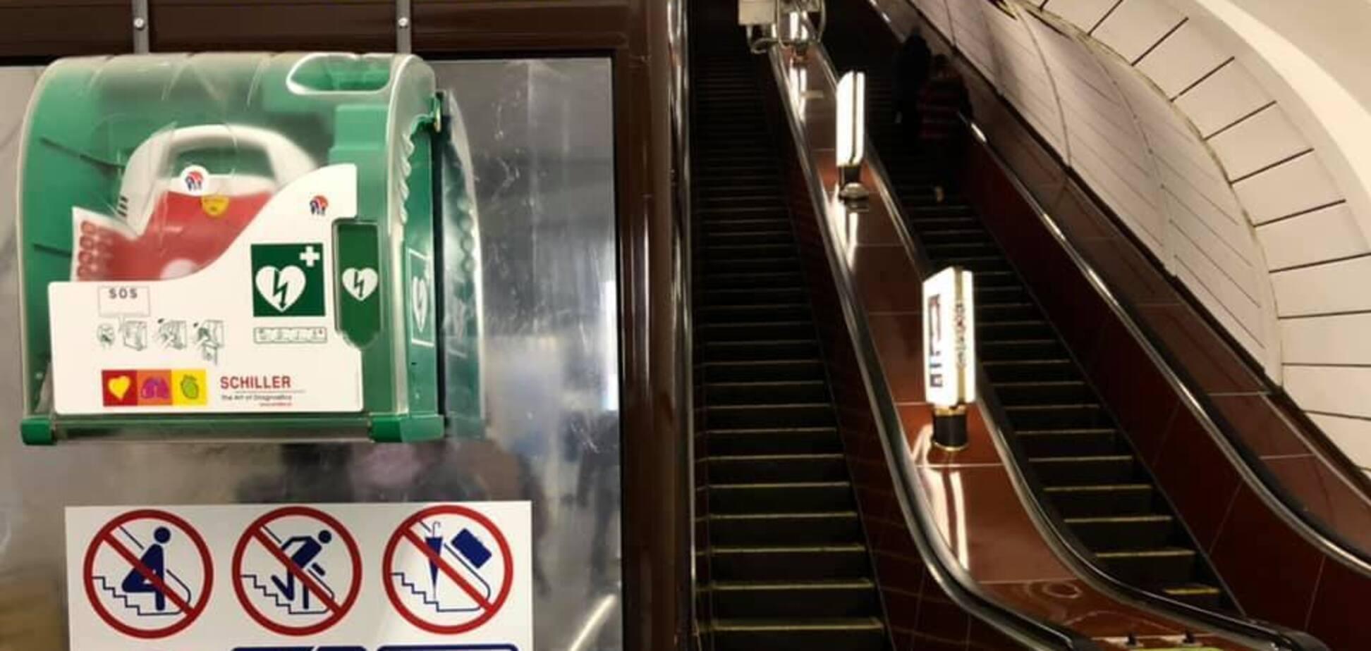 У метро Києва поліцейський врятував життя чоловікові за допомогою дефібрилятора