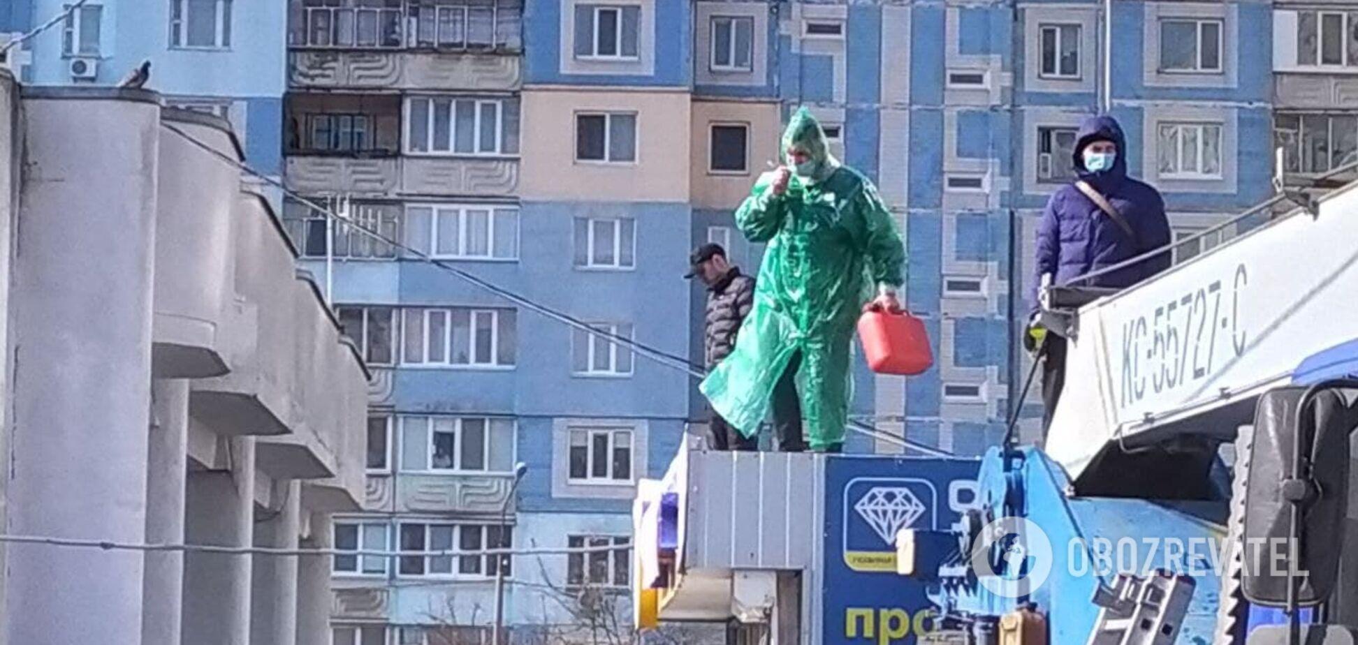 Війна за кіоски: в Києві чоловік погрожував себе підпалити і поливав бензином все навколо – реакція КМДА. Відео