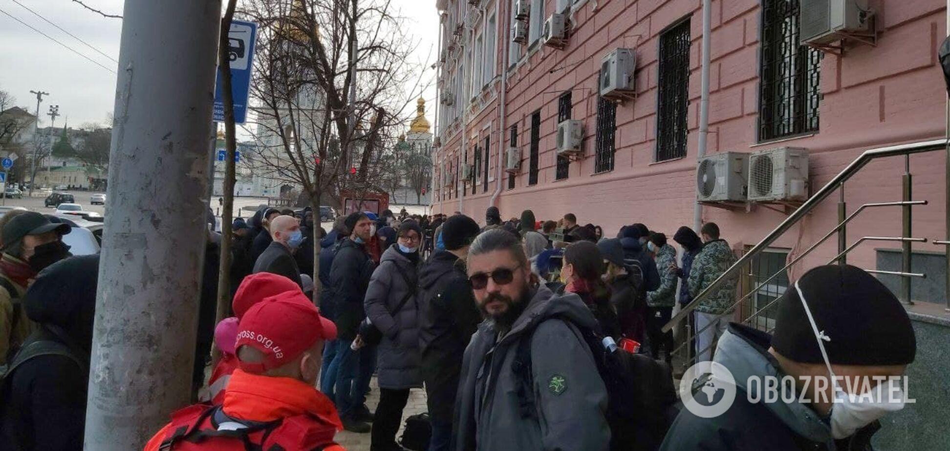 К Печерскому райсуду пришли люди в поддержку задержанных под ОП. Фото