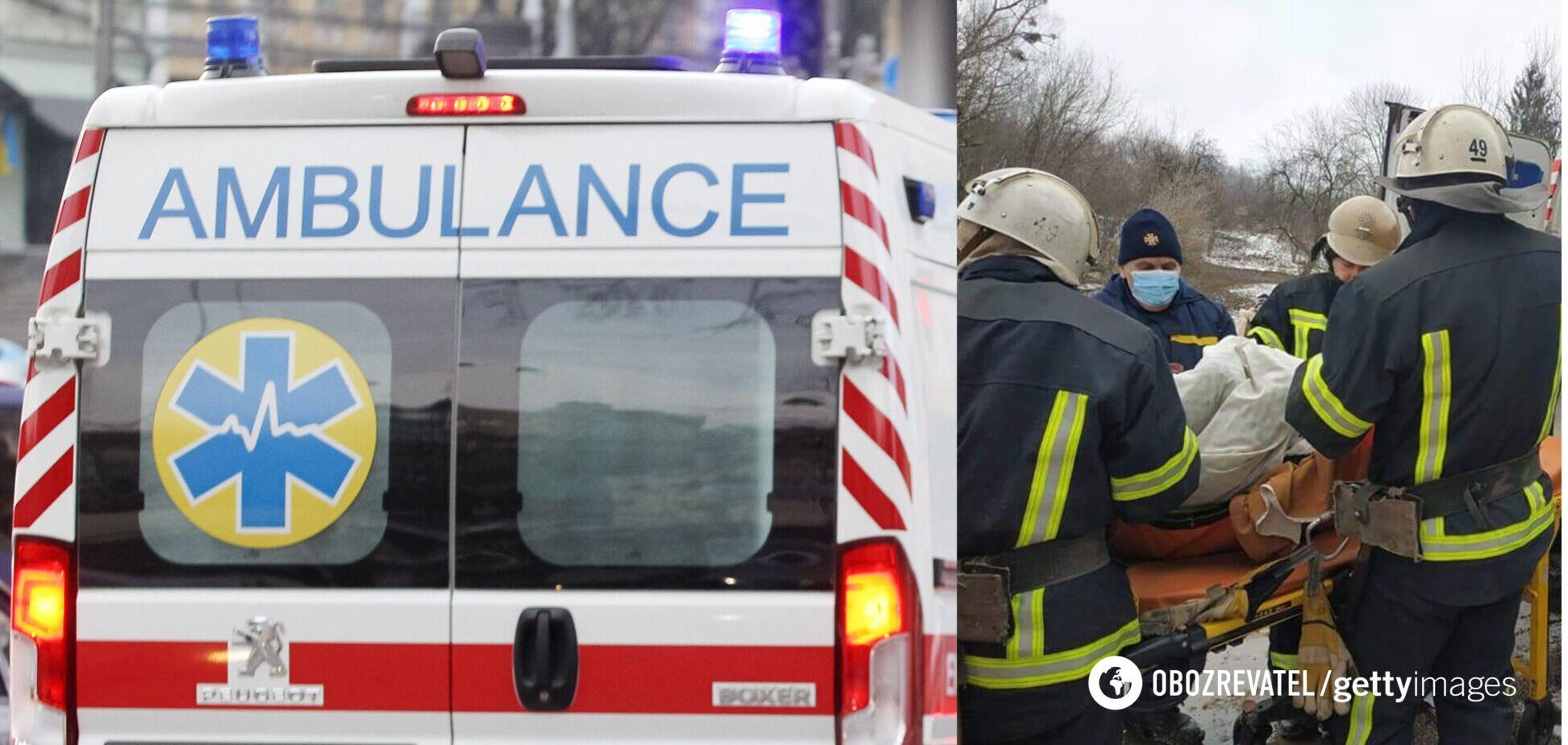 Під Харковом рятувальники 2 км несли на ношах пацієнта до швидкої. Фото і відео