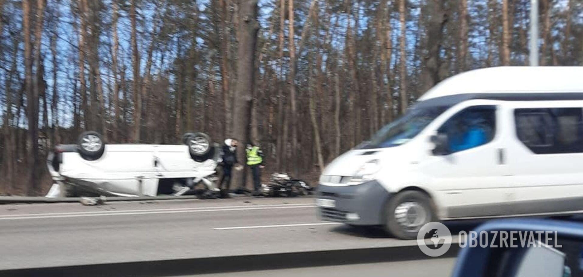 ДТП у Києві: автомобіль перекинувся посеред дороги — є постраждалі. Фото