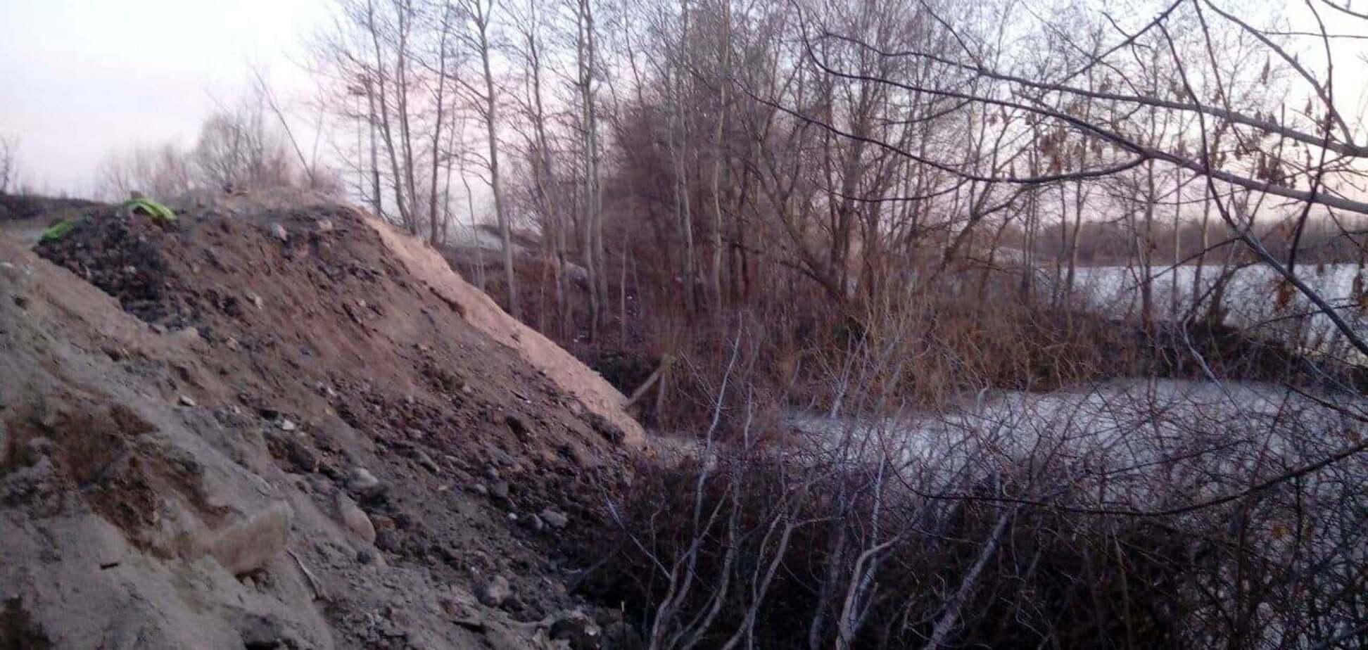 Озеро в Києві засипають будівельним сміттям: звернувся до поліції