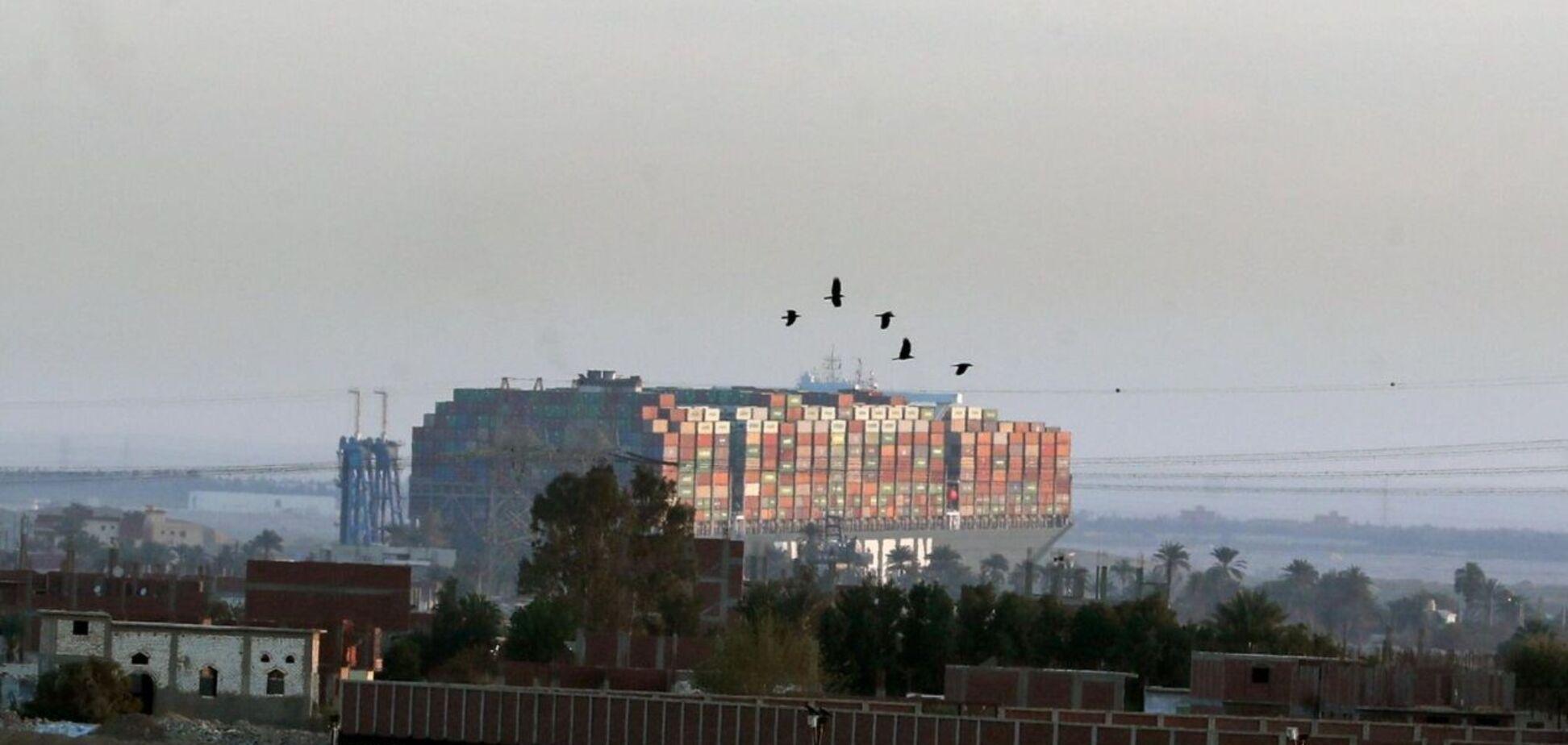 Застрявший в Суэцком канале контейнеровоз не смогли сдвинуть с места
