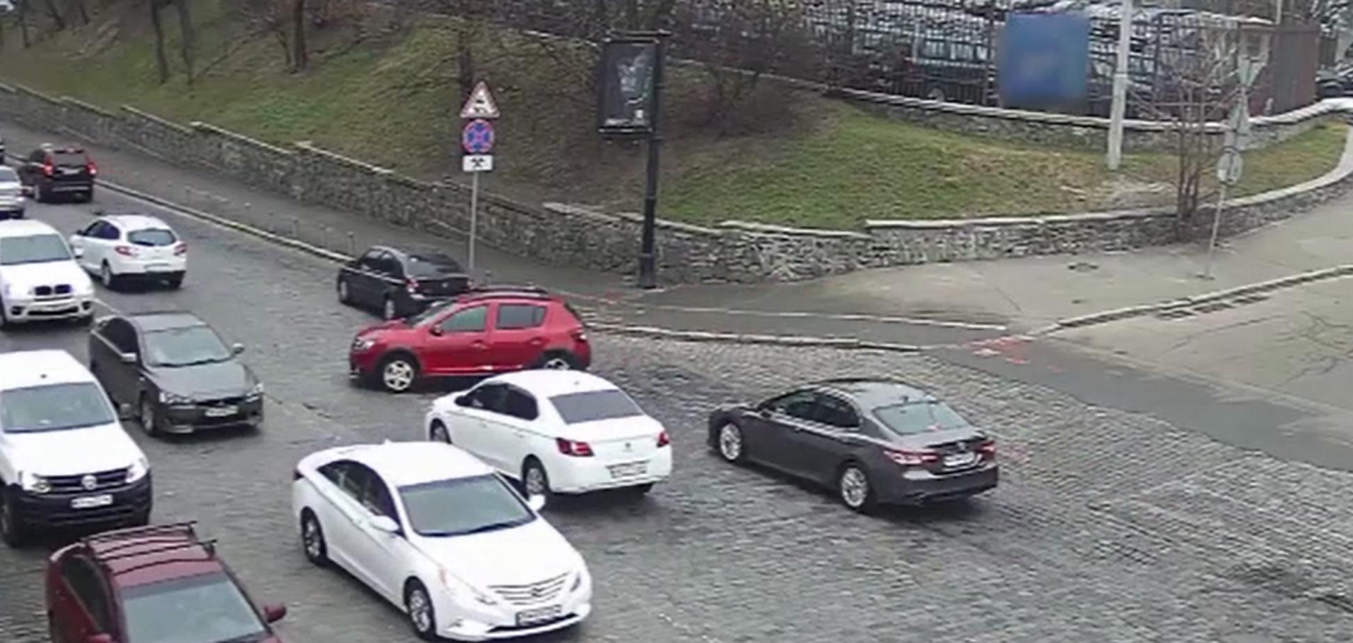У Києві автомобіль без водія проїхався по дорозі і влаштував ДТП. Відео