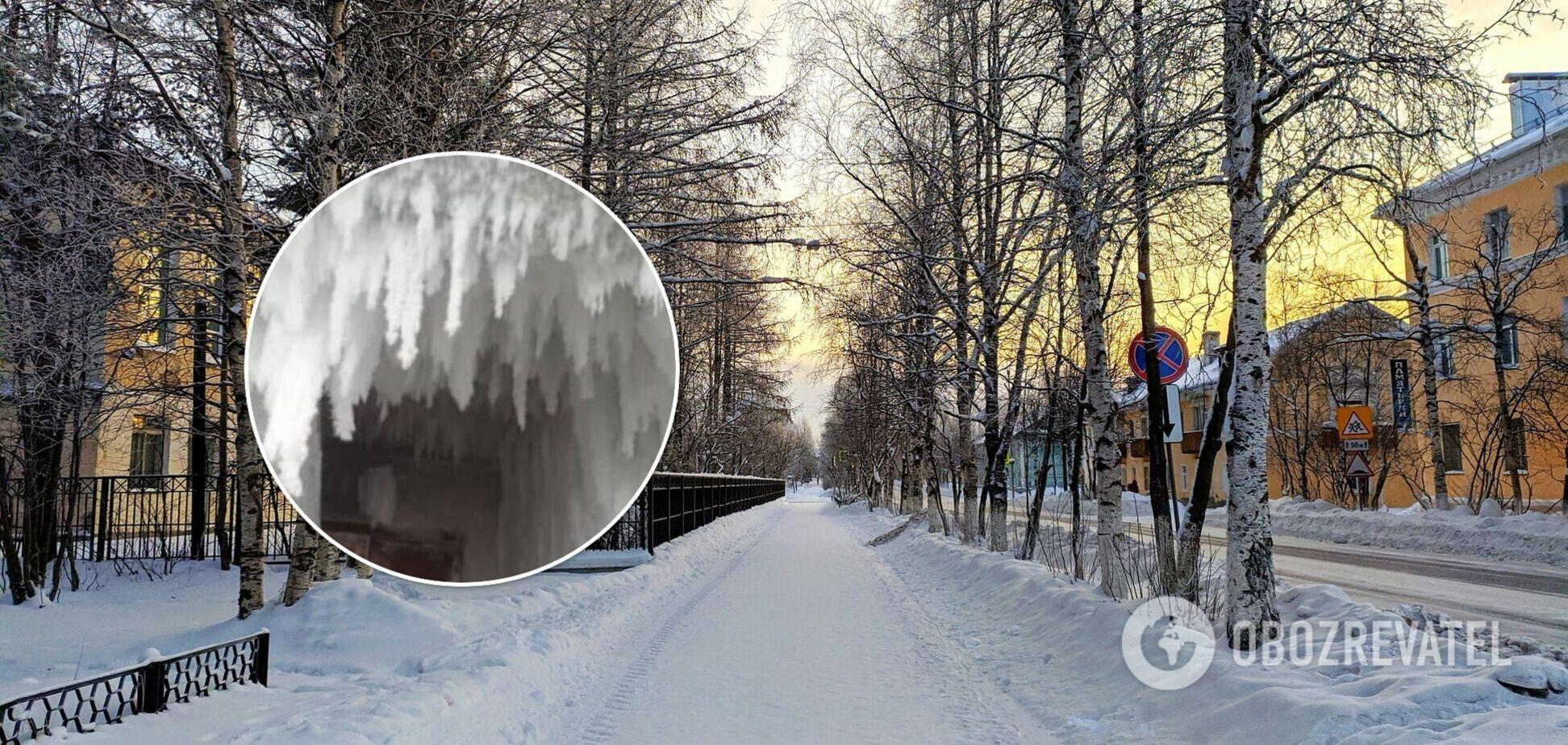 У російському містечку весь під'їзд перетворився на 'крижану печеру'. Фото