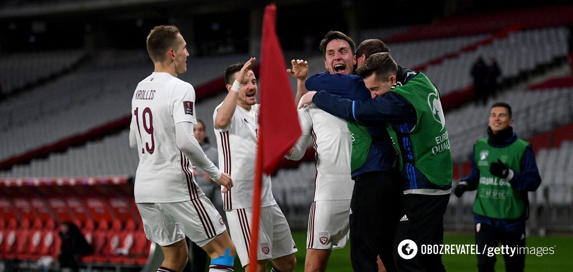 Игроки Латвии празднуют гол в ворота Турции