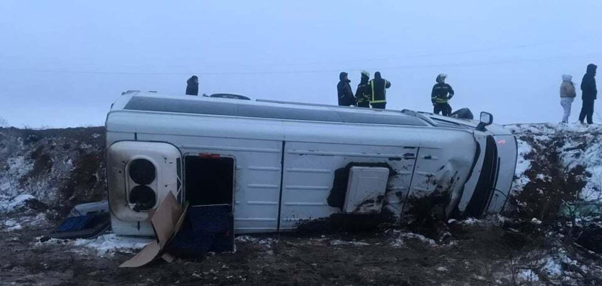 На Луганщине перевернулся пассажирский автобус, пострадали шесть человек. Фото