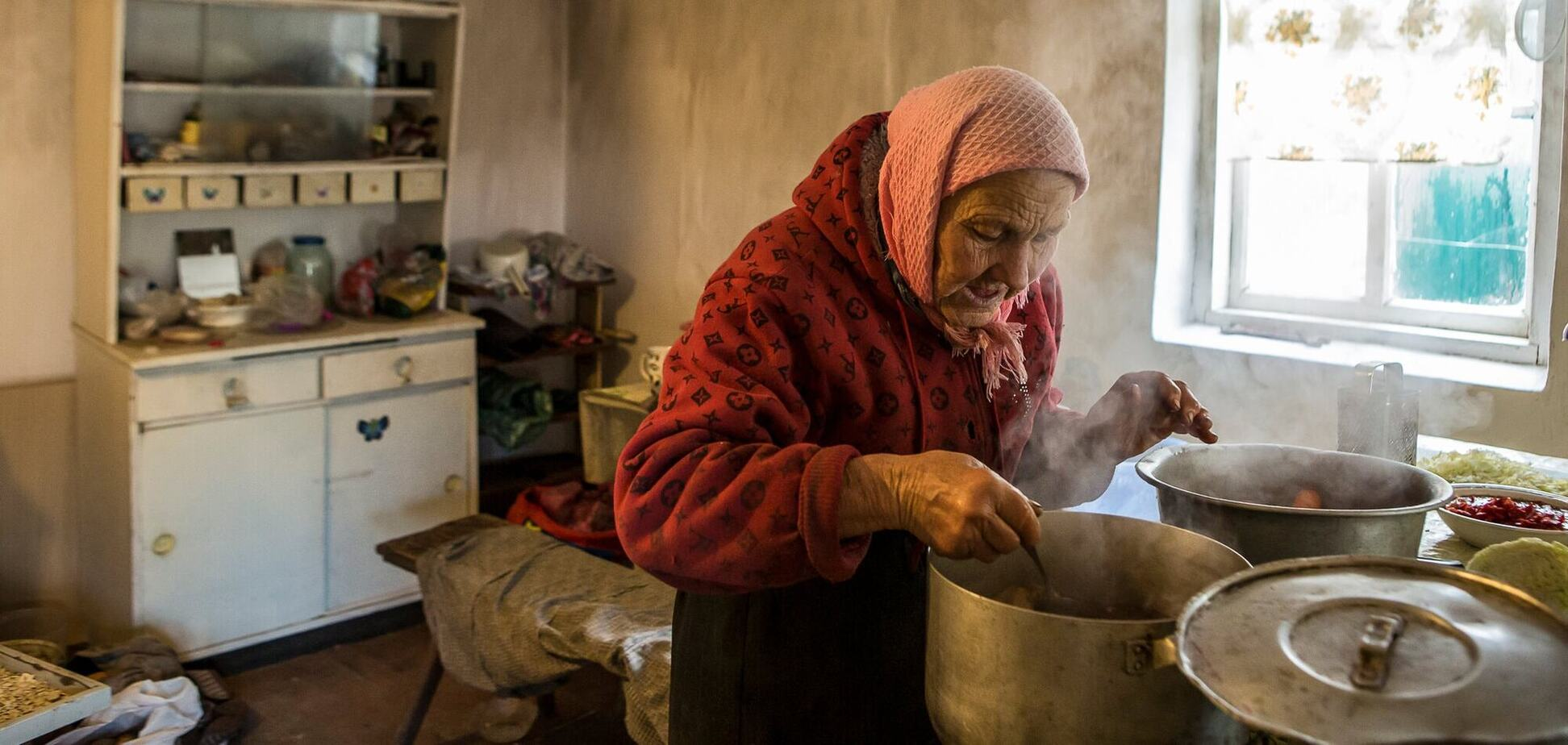 Жінка варить український борщ