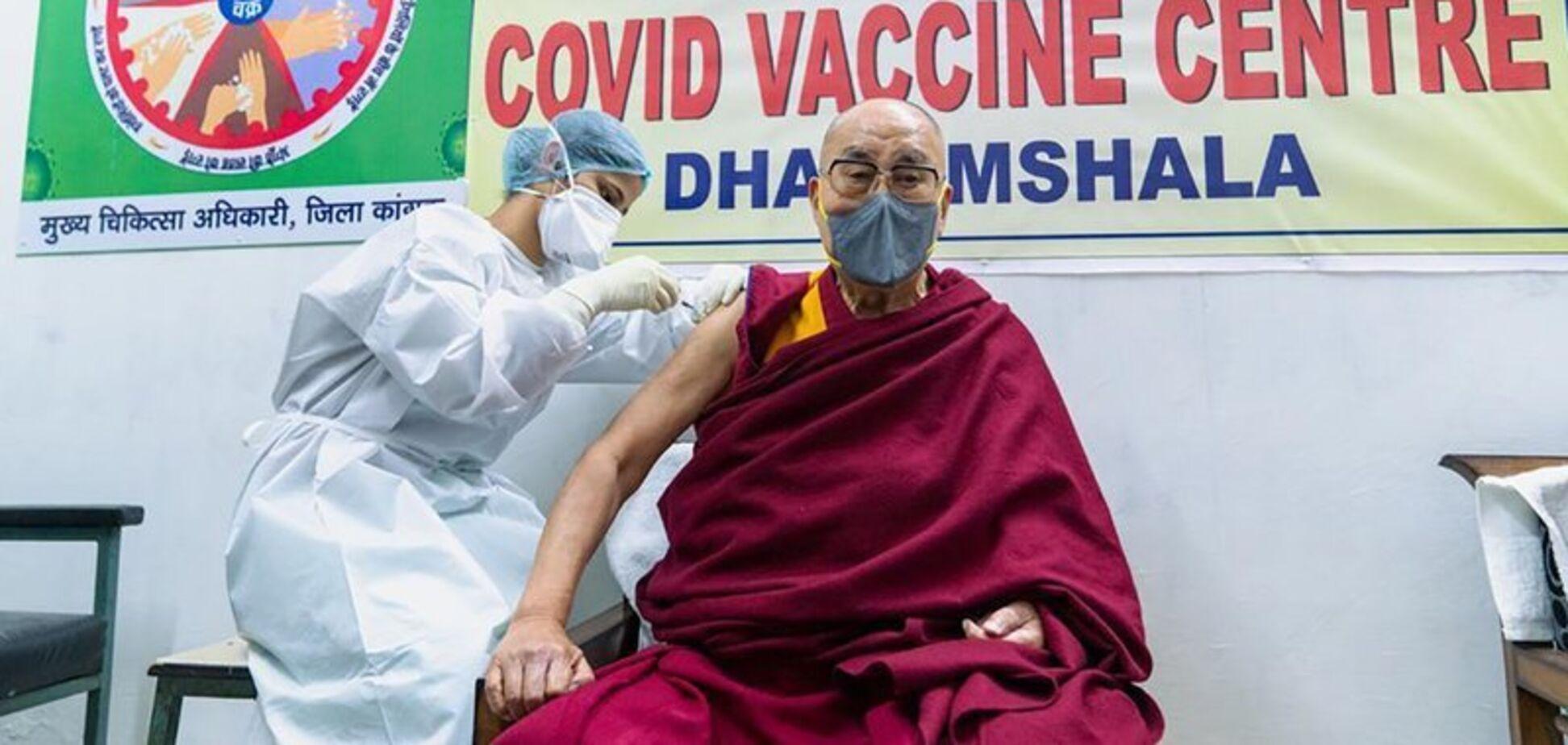 Далай-лама прищепився від COVID-19 вакциною CoviShield. Відео
