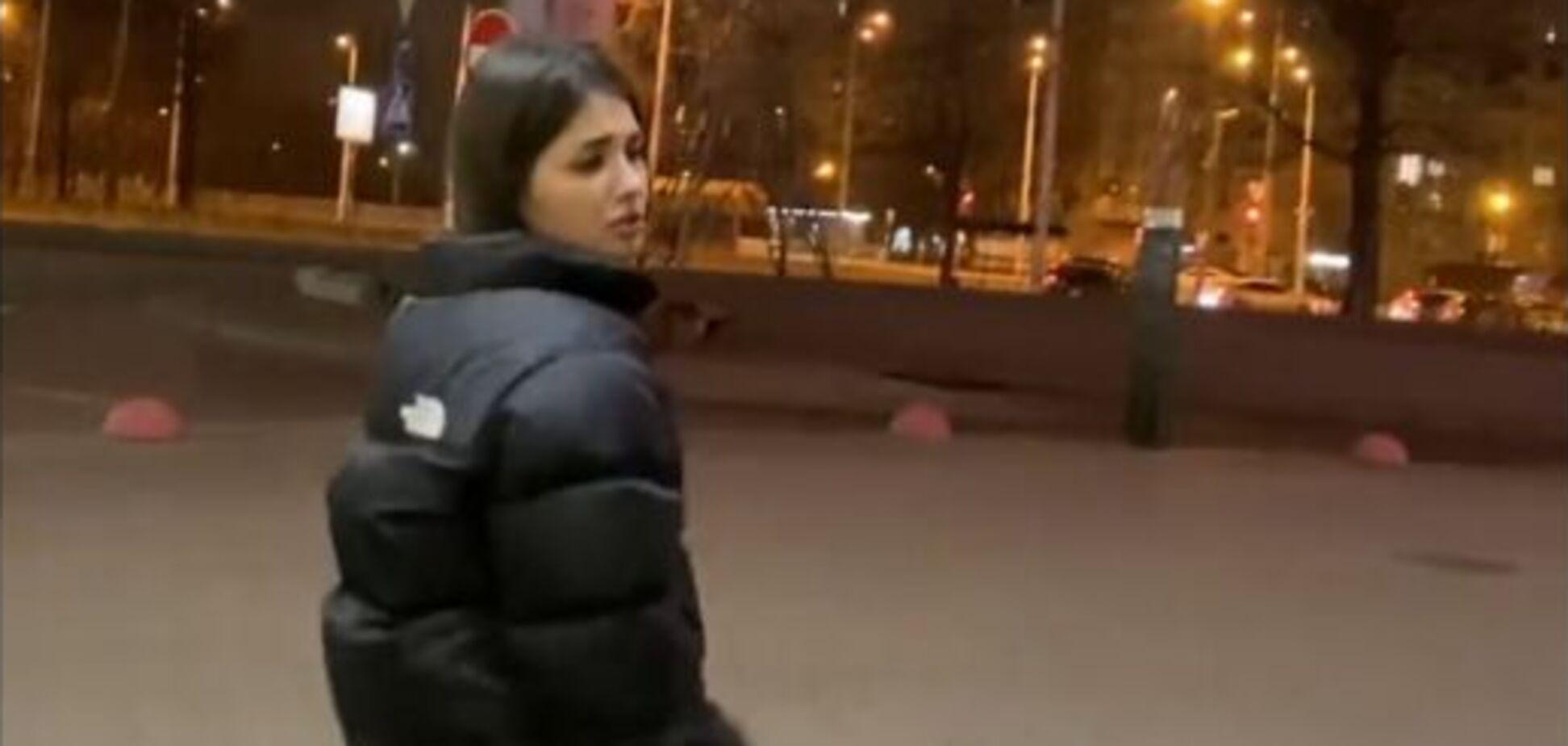 Девушка стреляла в воздух на заправке в Киеве