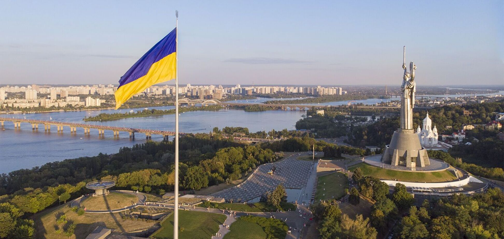 У Києві приспустили головний прапор України