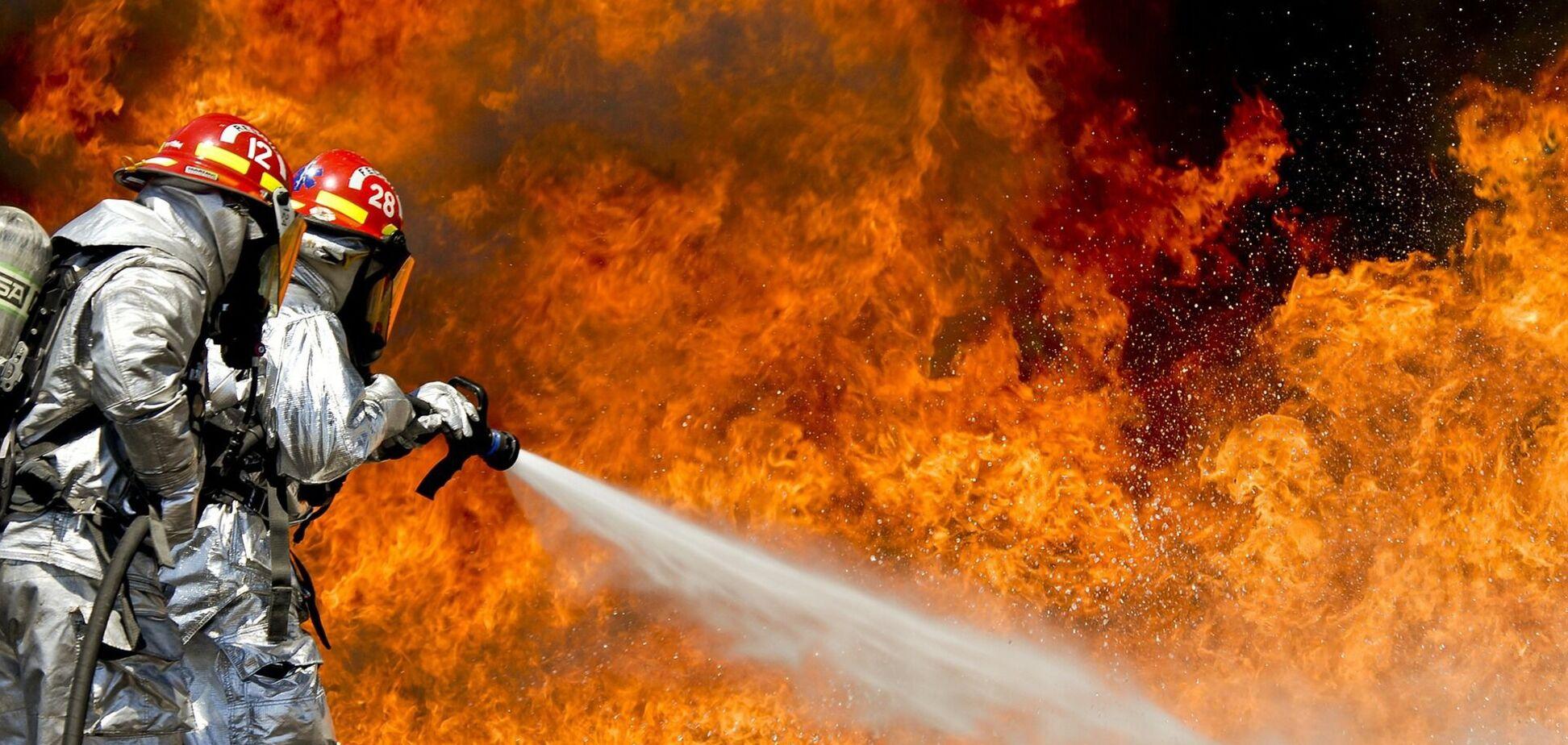 У багатоповерхівці Києва спалахнула потужна пожежа. Фото та відео