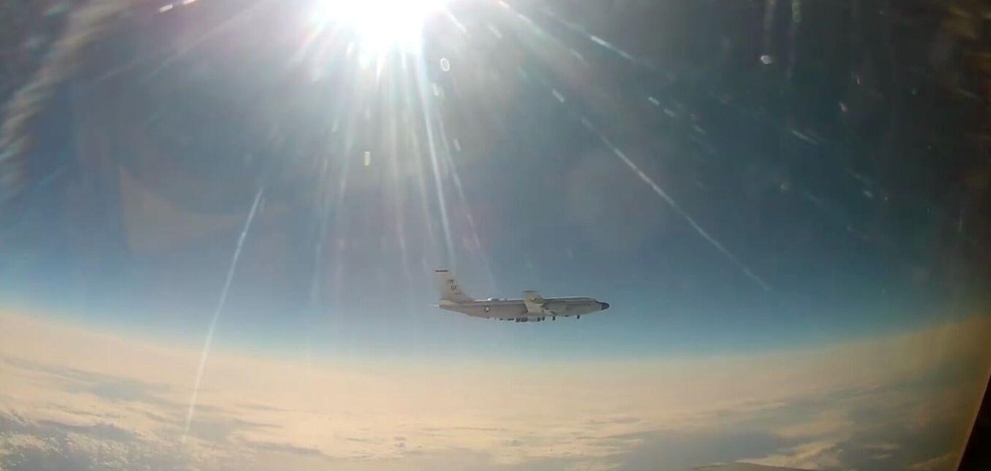 Российский МиГ-31 подняли для перехвата американского самолета
