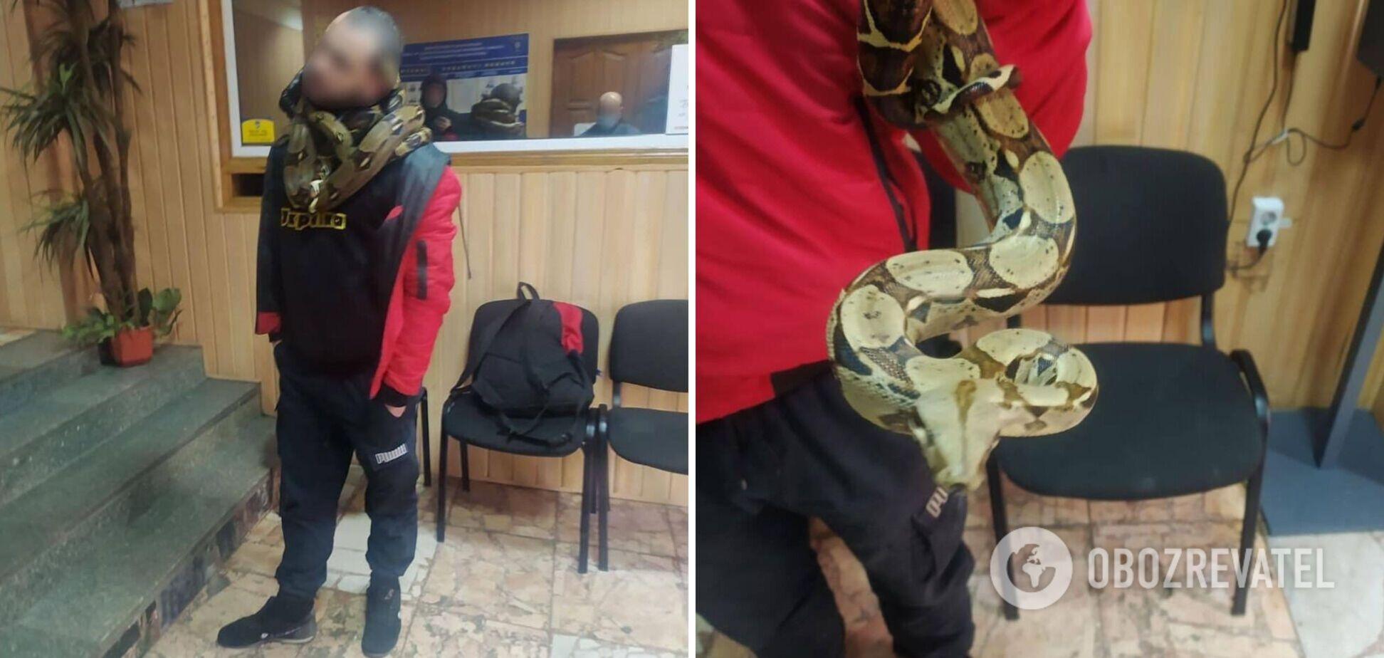 В Киеве мужчина ходил со змеями на шее