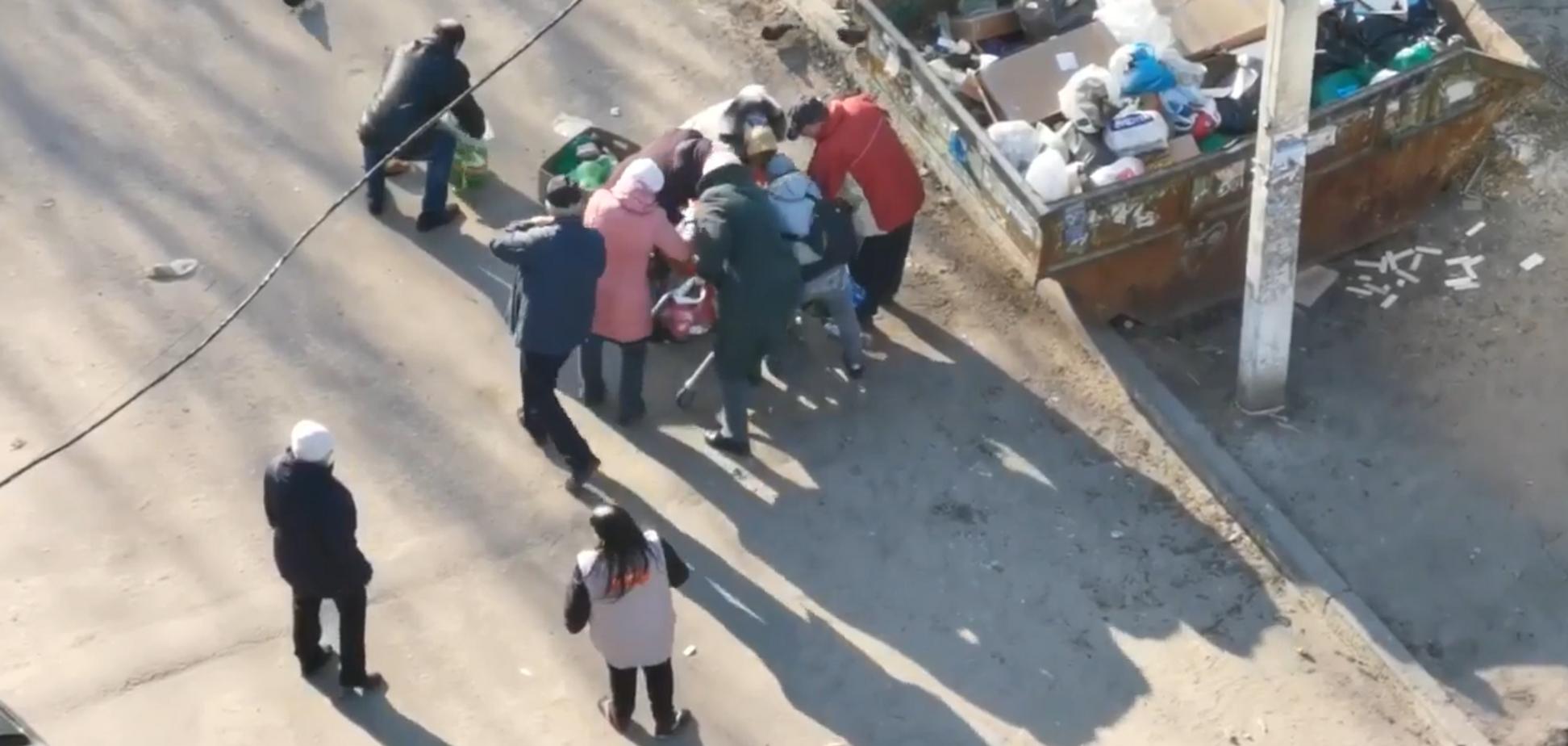 У Росії пенсіонери біля смітника влаштували бійку за прострочену їжу