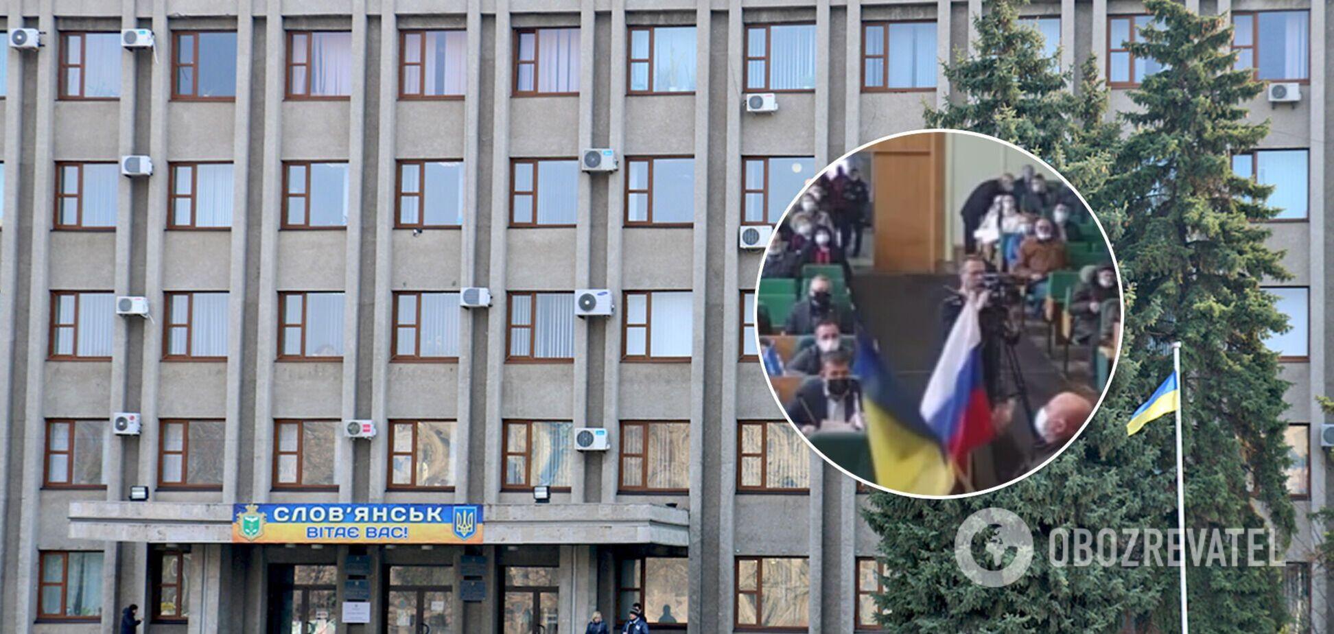 В Славянске в годовщину оккупации в горсовет принесли флаг РФ. Видео