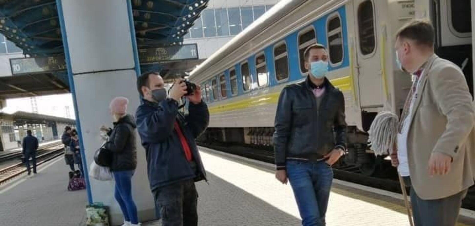 Данець знову захотів помити вікна в поїзді УЗ, але вони виявилися чистими. Фото