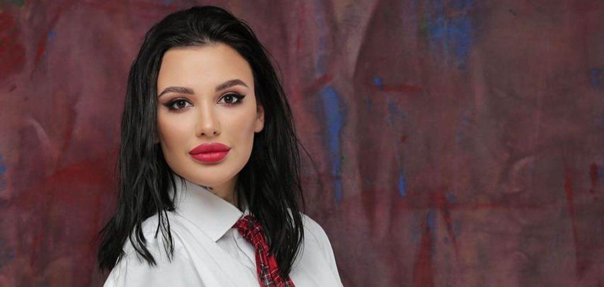 Порноакторка з 'Холостяка' знялася в боді та показала пишні форми. Фото