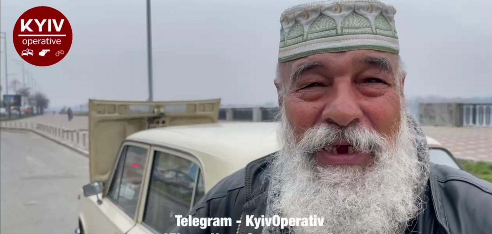 У Києві дідусь-легенда два роки живе в машині й канючить у водіїв гроші. Відео
