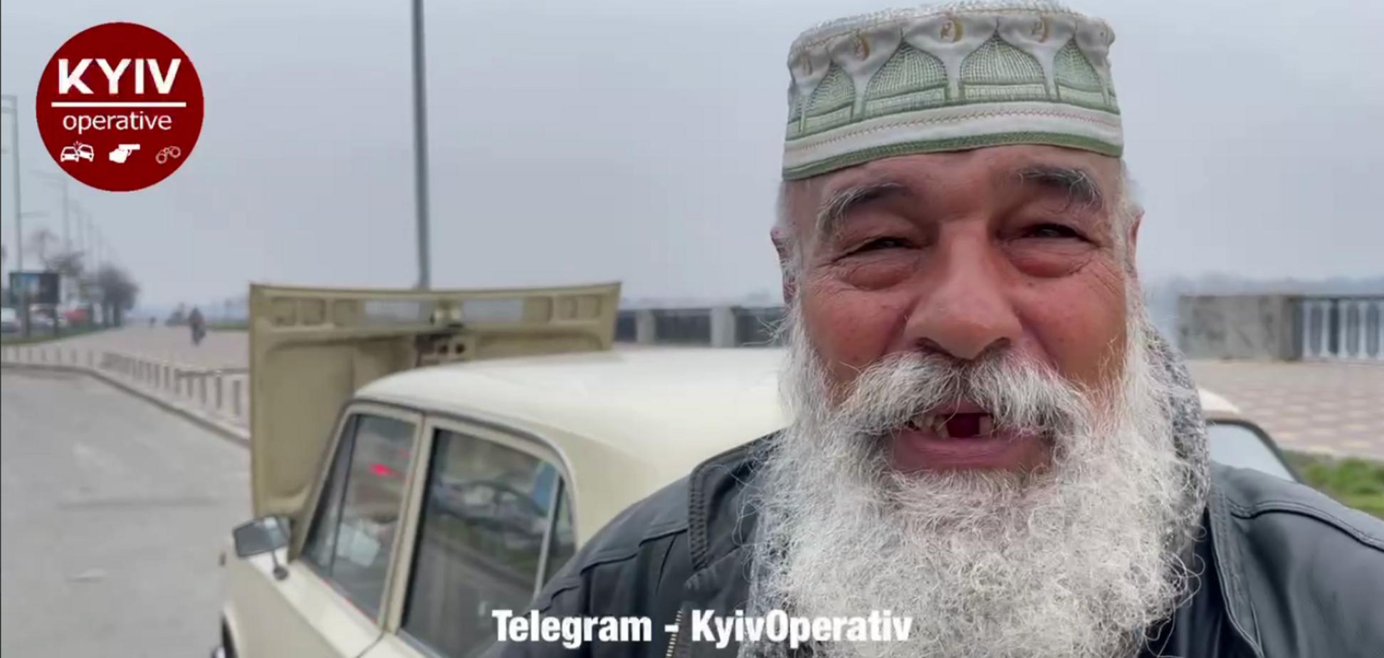 В Киеве дедушка, 2 года живущий в авто, стал звездой интернета