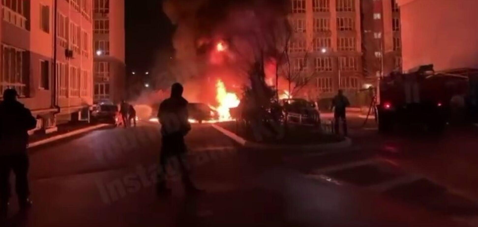 Возле Киева сгорели автомобили под ЖК 'Львовский'