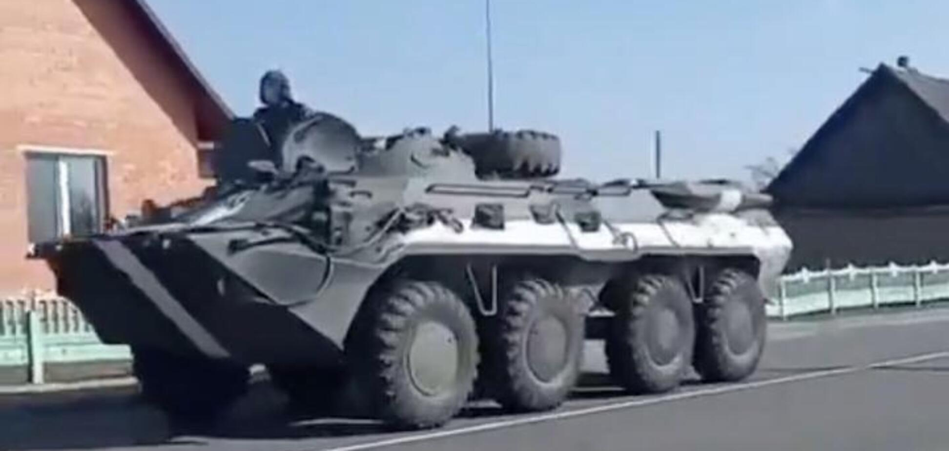 В РФ заметили колонну БТР-80 с 'полосами вторжения'