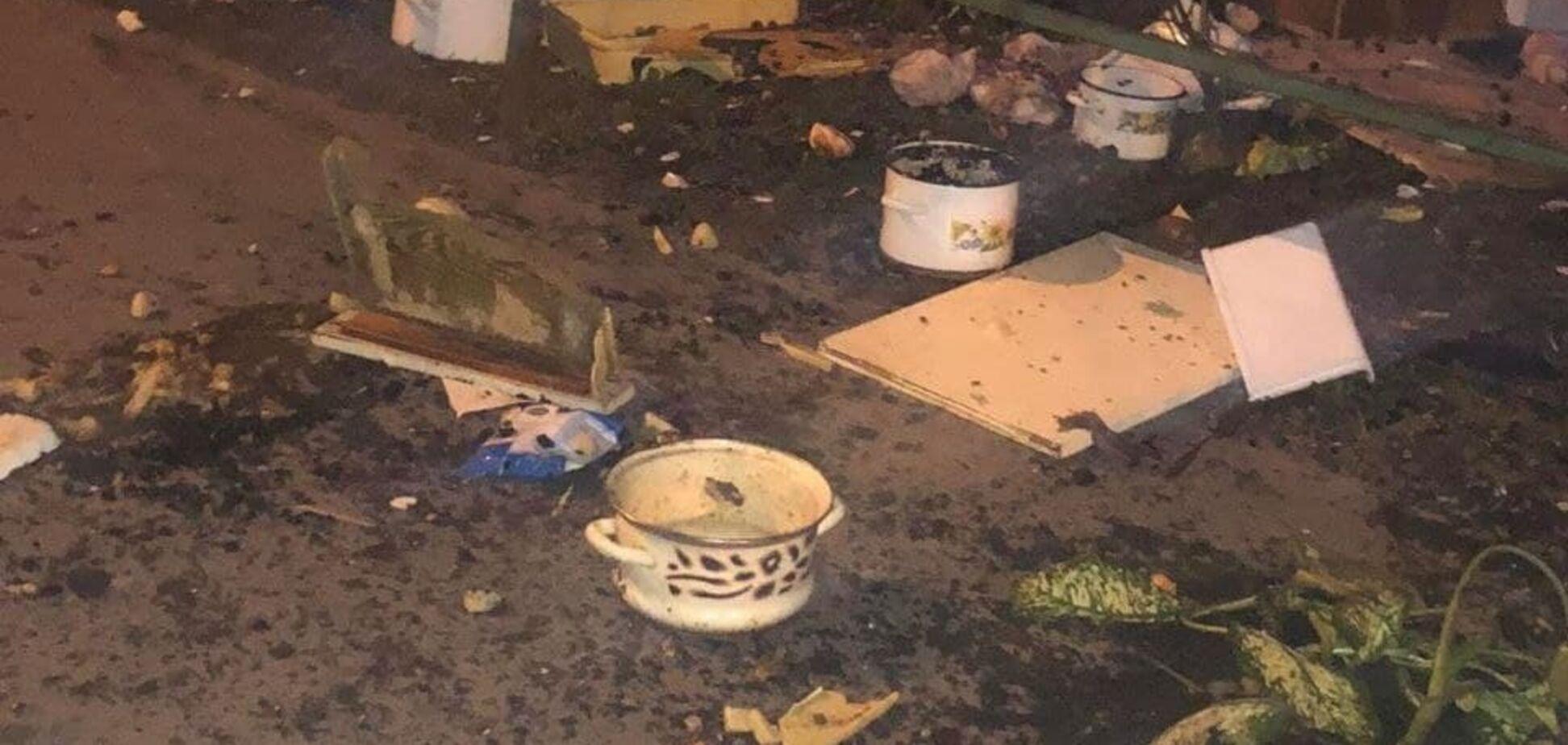 В Киеве мужчина выбросил из окна многоэтажки половину вещей со своей квартиры
