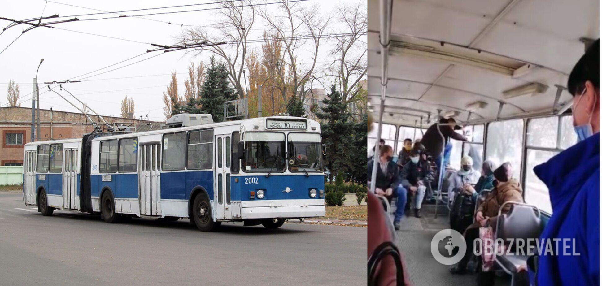 У Черкасах пасажир вдарив кондукторку і втік через вікно тролейбуса. Відео