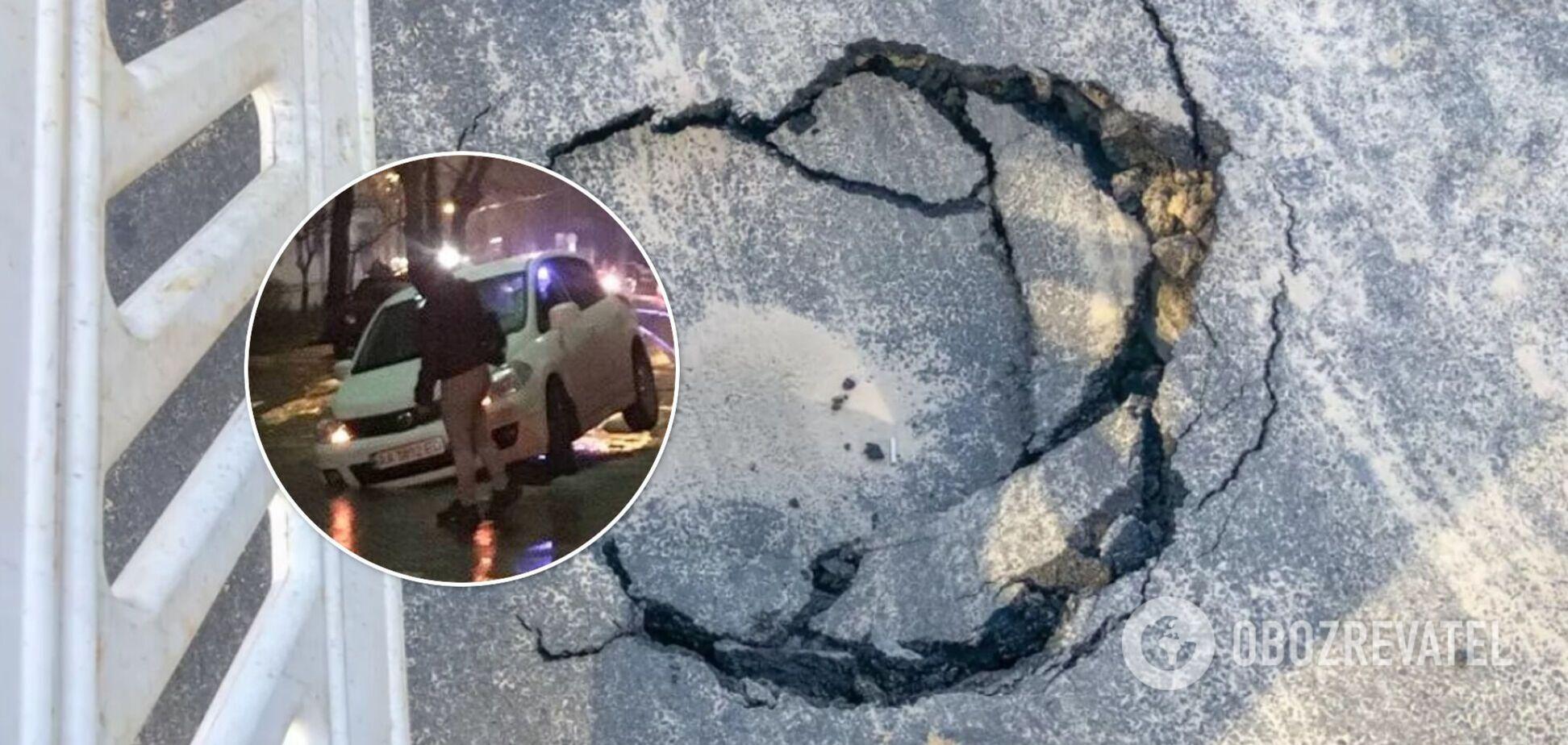 У Києві через прорив труби легковики провалилися під асфальт. Фото та відео