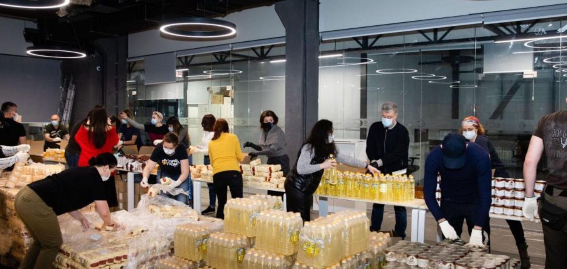 Родина Порошенків з волонтерами зібрали 2 тисячі продуктових наборів для нужденних