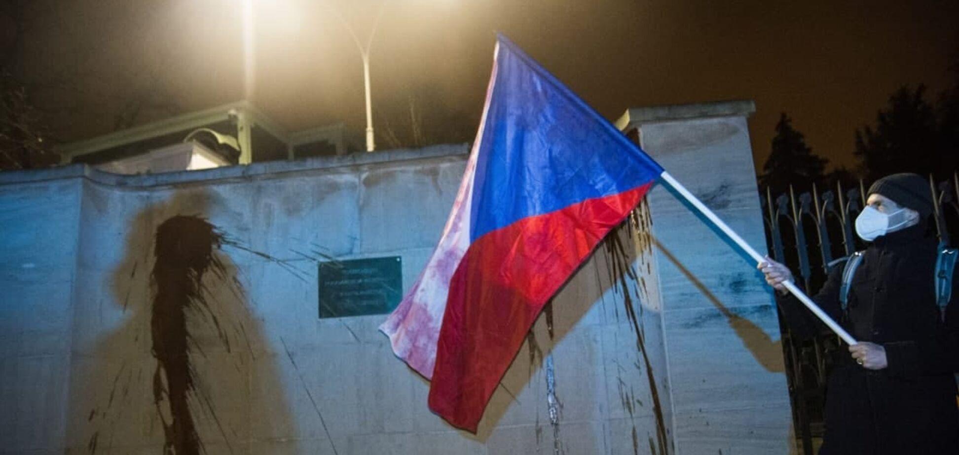 Стену российского посольства в Праге облили кетчупом