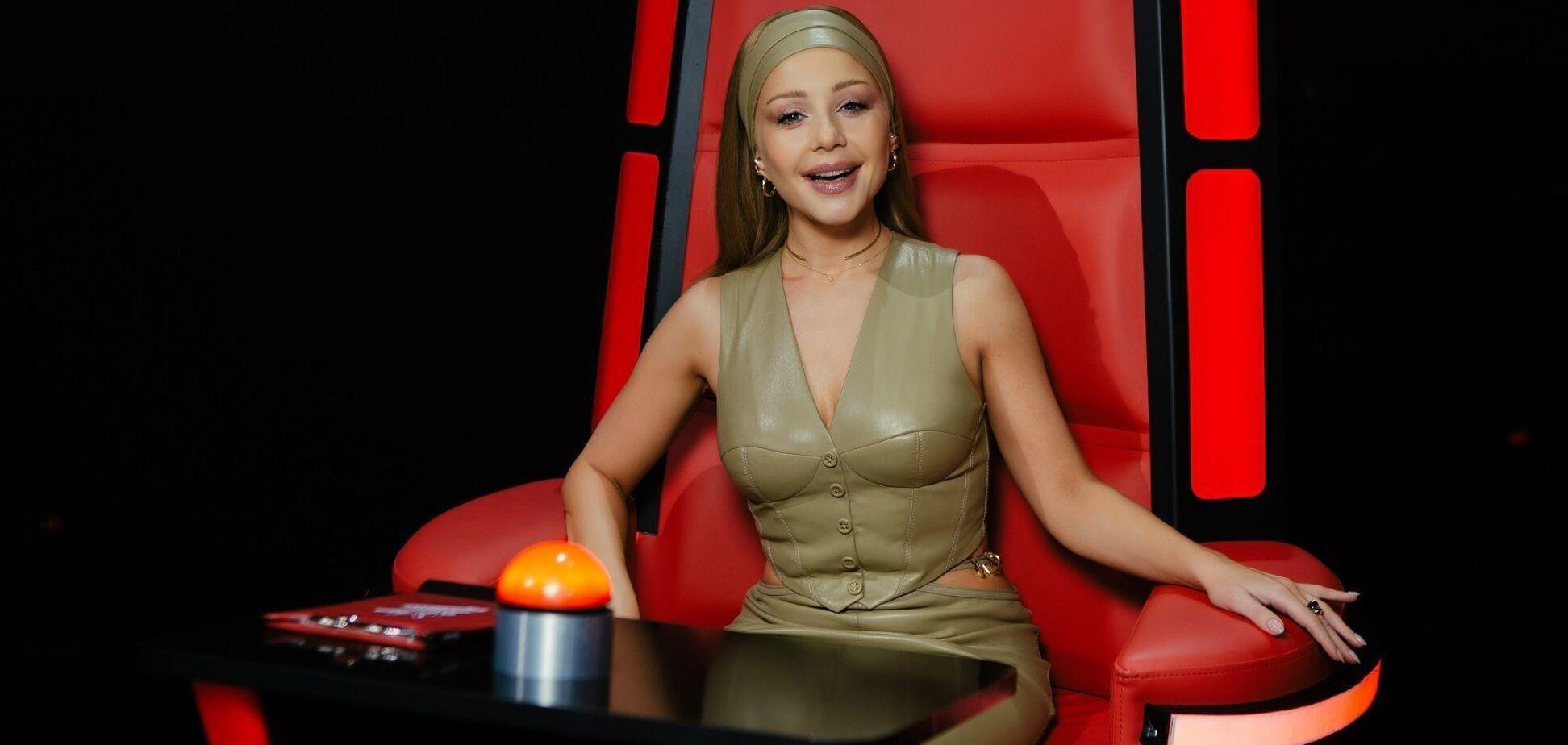 Кароль выступила в блестящем образе с новой песней на 'Голосі країни-11'. Видео