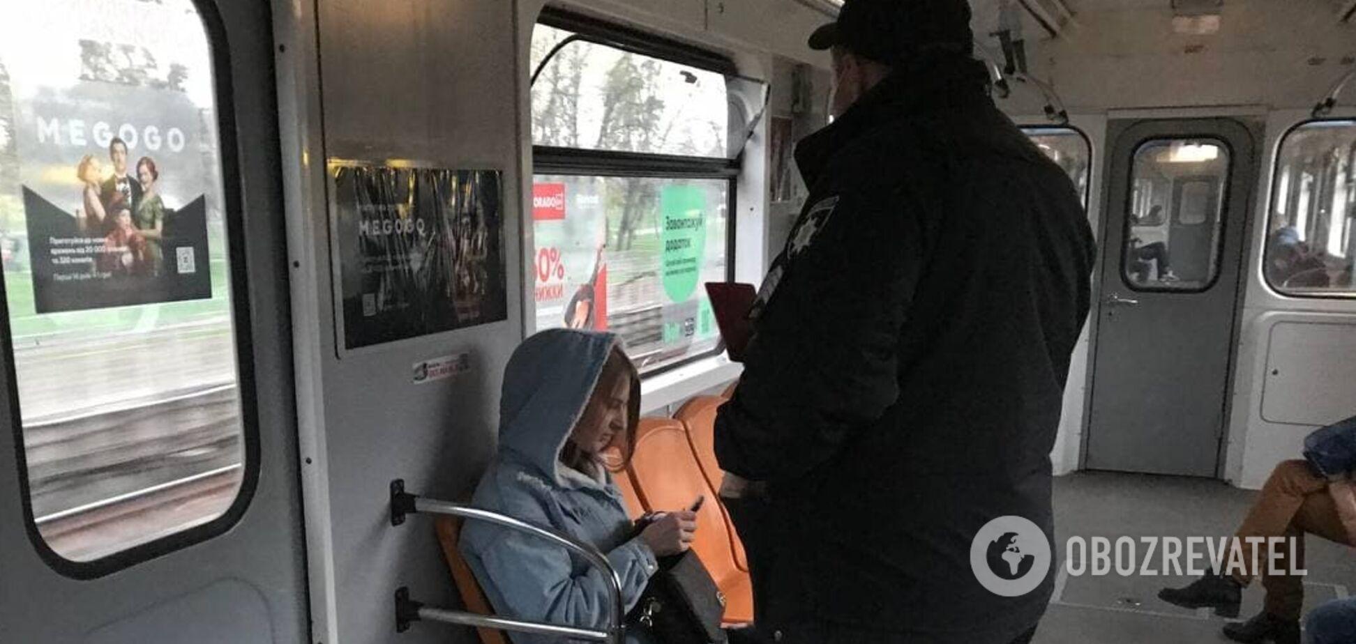 У київському метро поліцейський вивів дівчину з вагона: була без маски і хамила