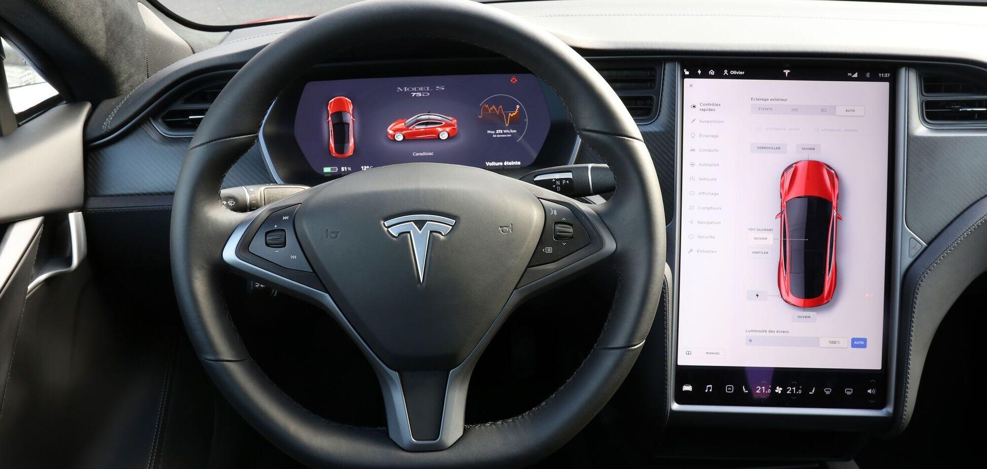 Tesla на автопілоті врізалася в дерево і загорілася